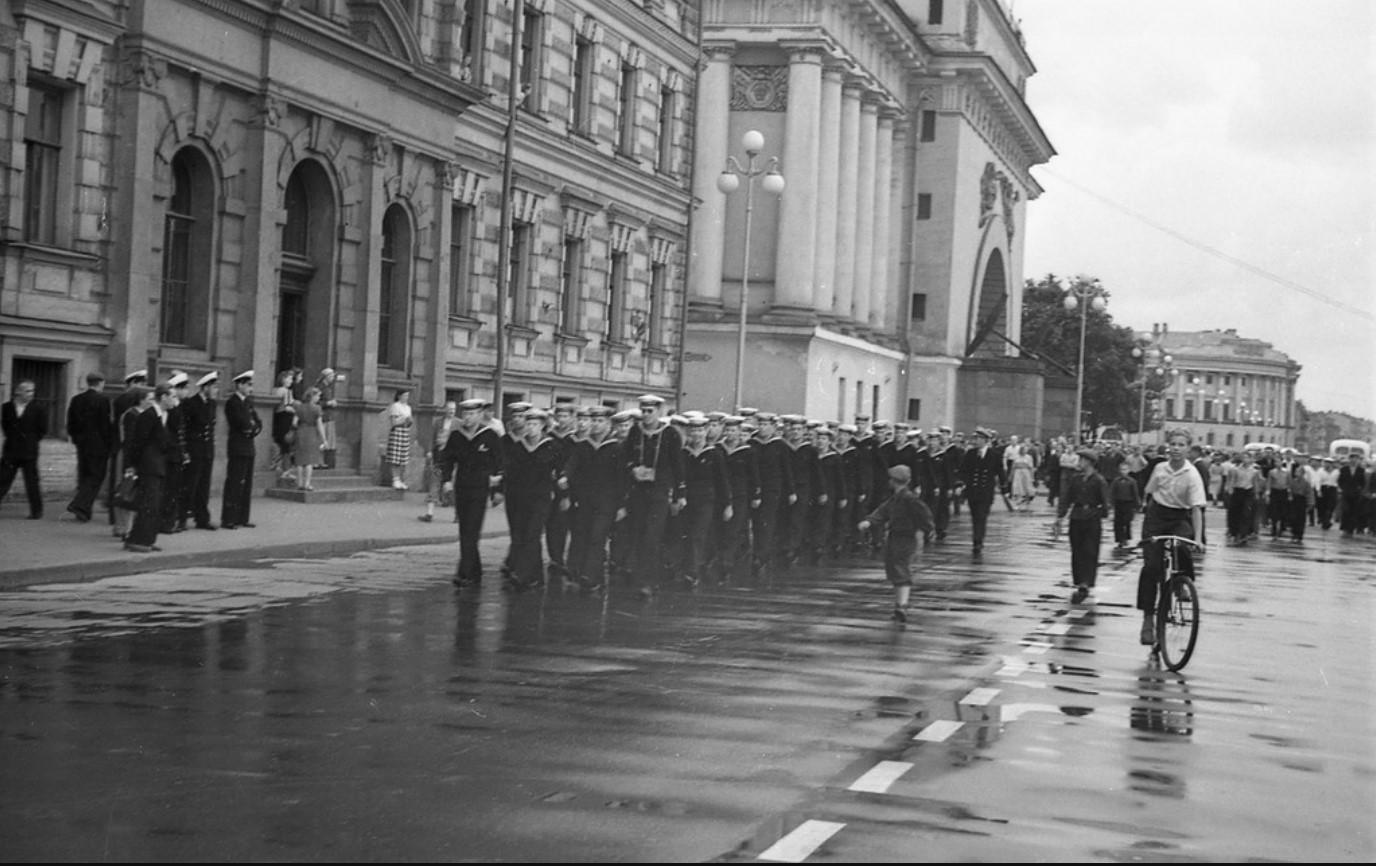 13. Колонна шведских моряков на Адмиралтейской набережной