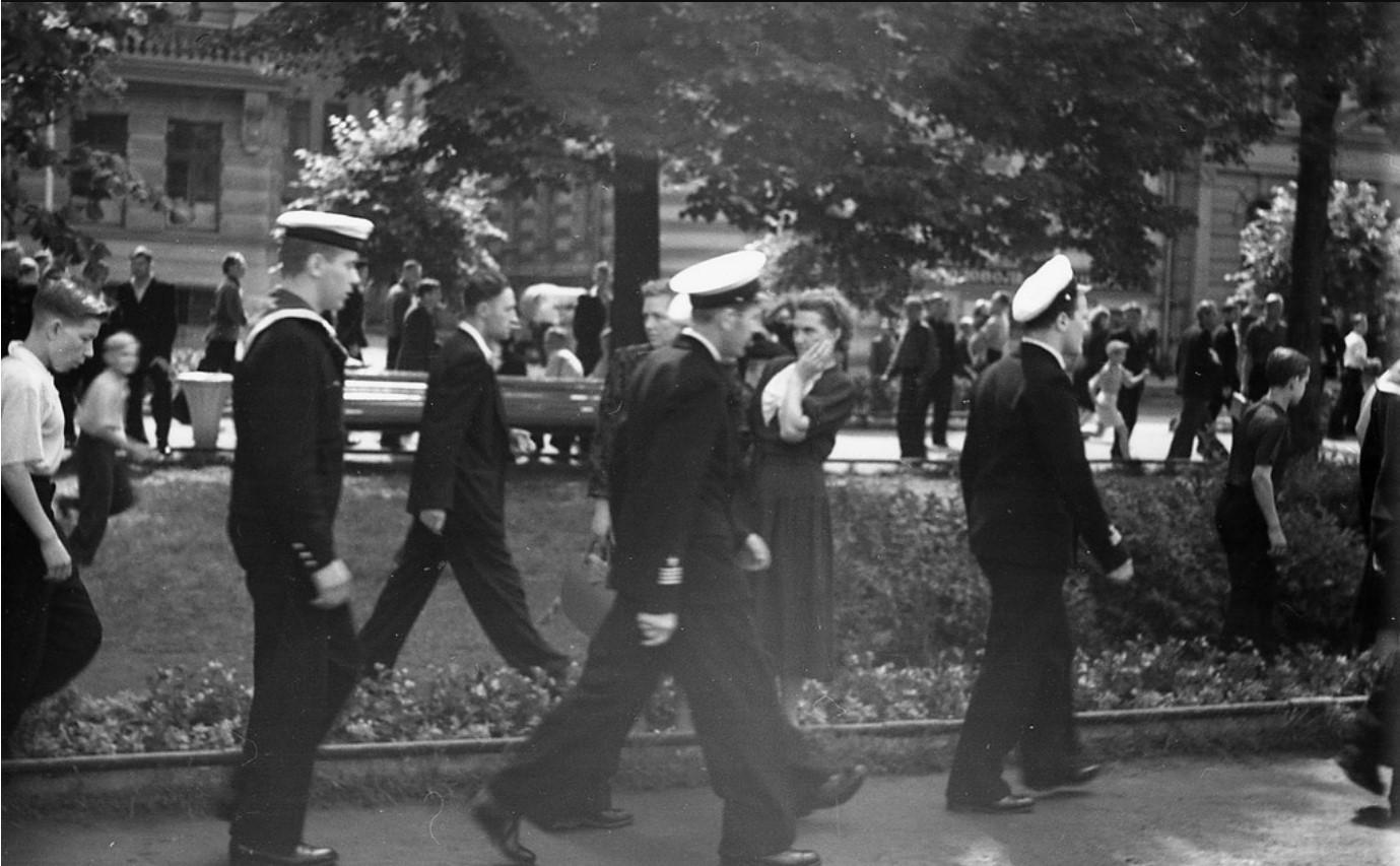 14. Колонна шведских моряков на Адмиралтейской набережной