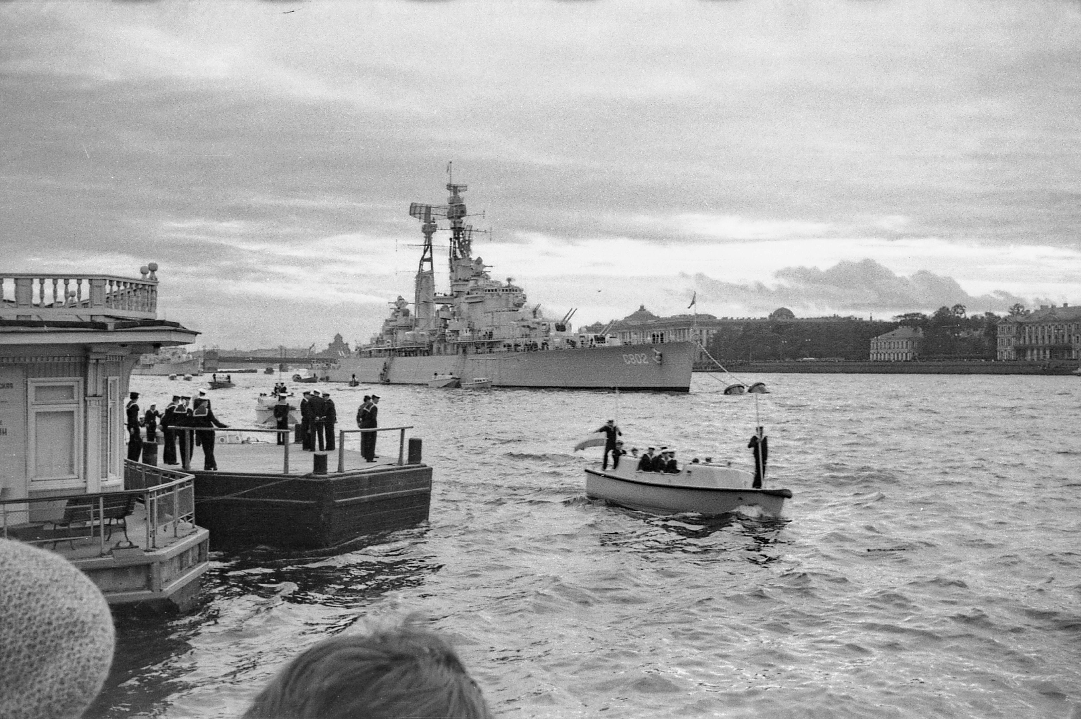 02.  Крейсер De Zeven Provinciën встал напротив Медного всадника.