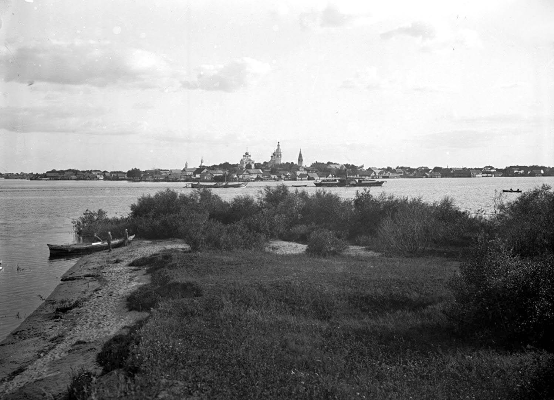 Общий вид города Осташкова со стороны Вороньего поля. 1903