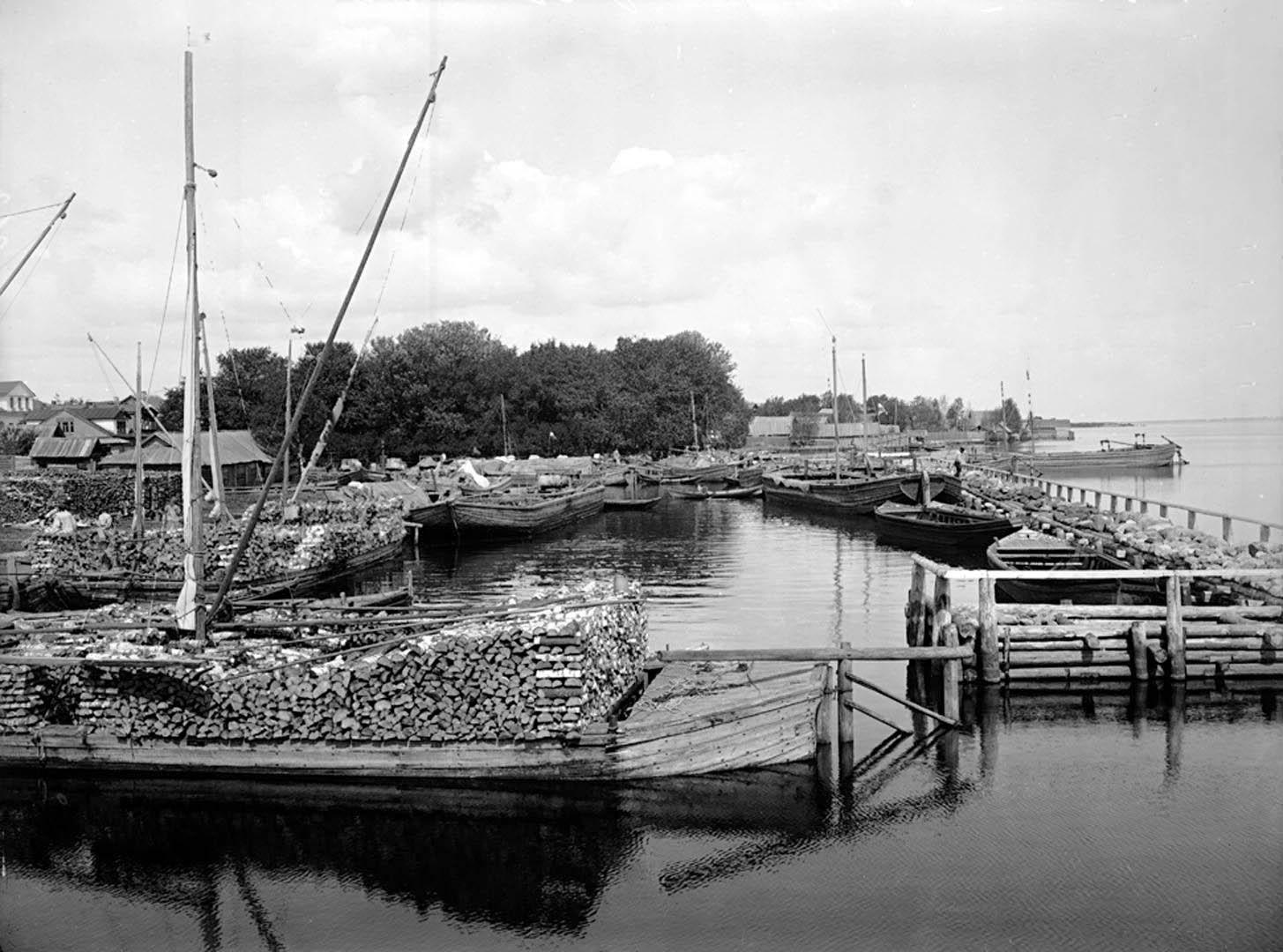Общий вид набережной и гавани города Осташкова. 1903..