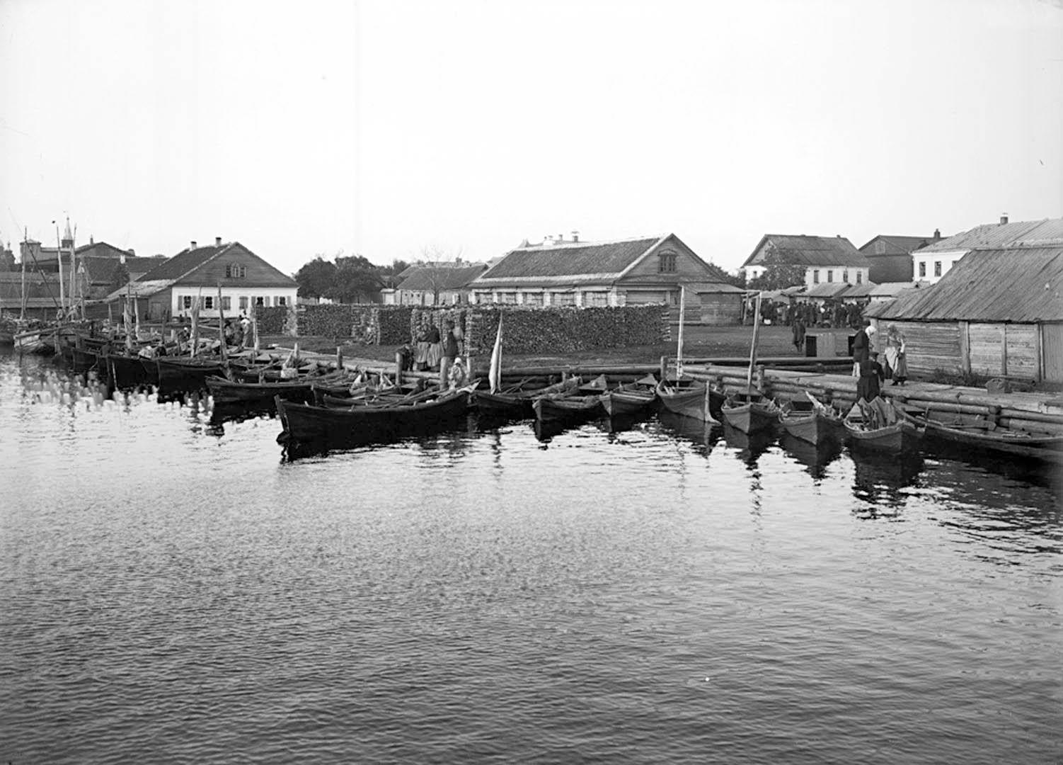 Общий вид набережной и гавани города Осташкова. 1903.