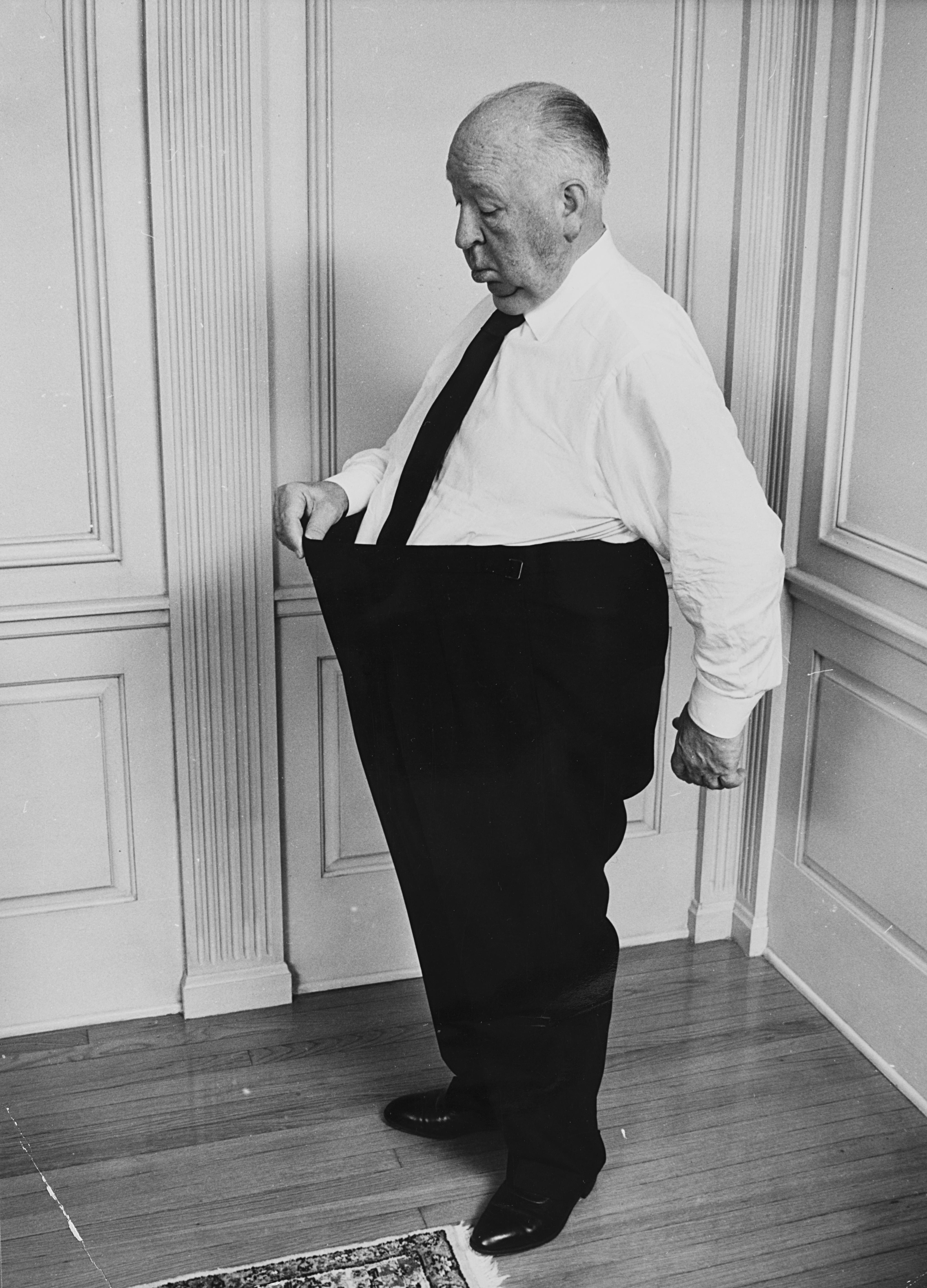 1975. Альфред Хичкок и его силихем-терьер Сара.