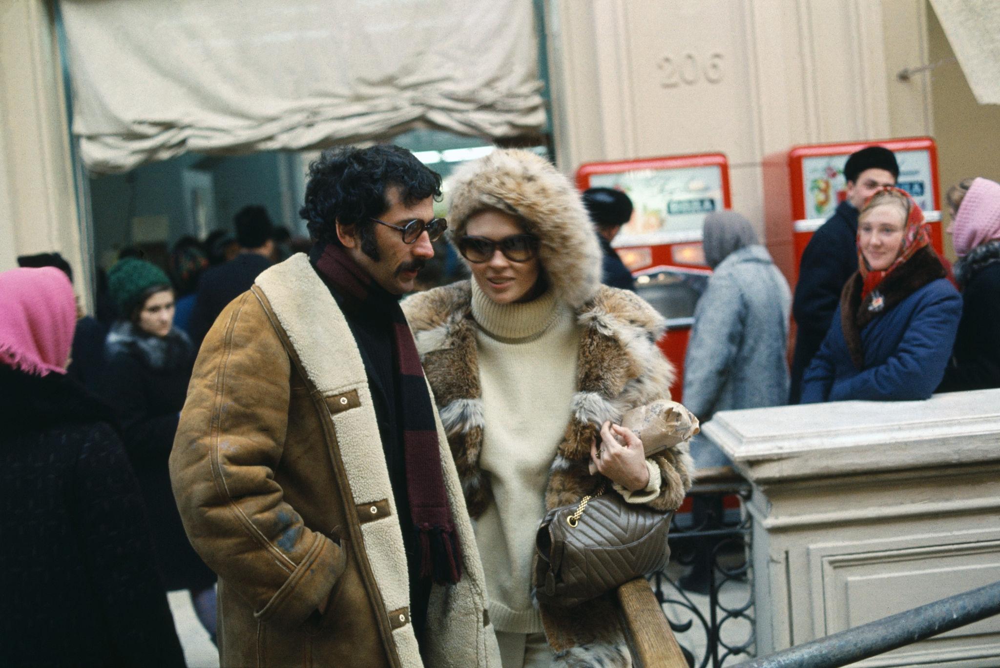 1968. Фэй Данауэй и Джерри Шацберг в ГУМе.