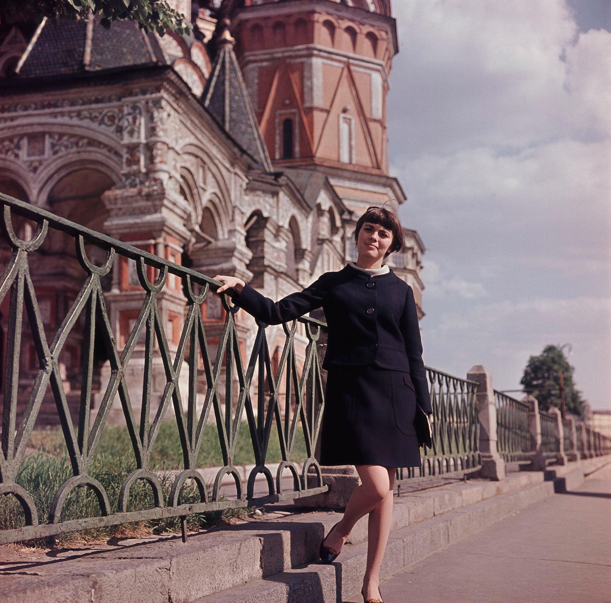 1967. Мирей Матье у собора Василия Блаженного