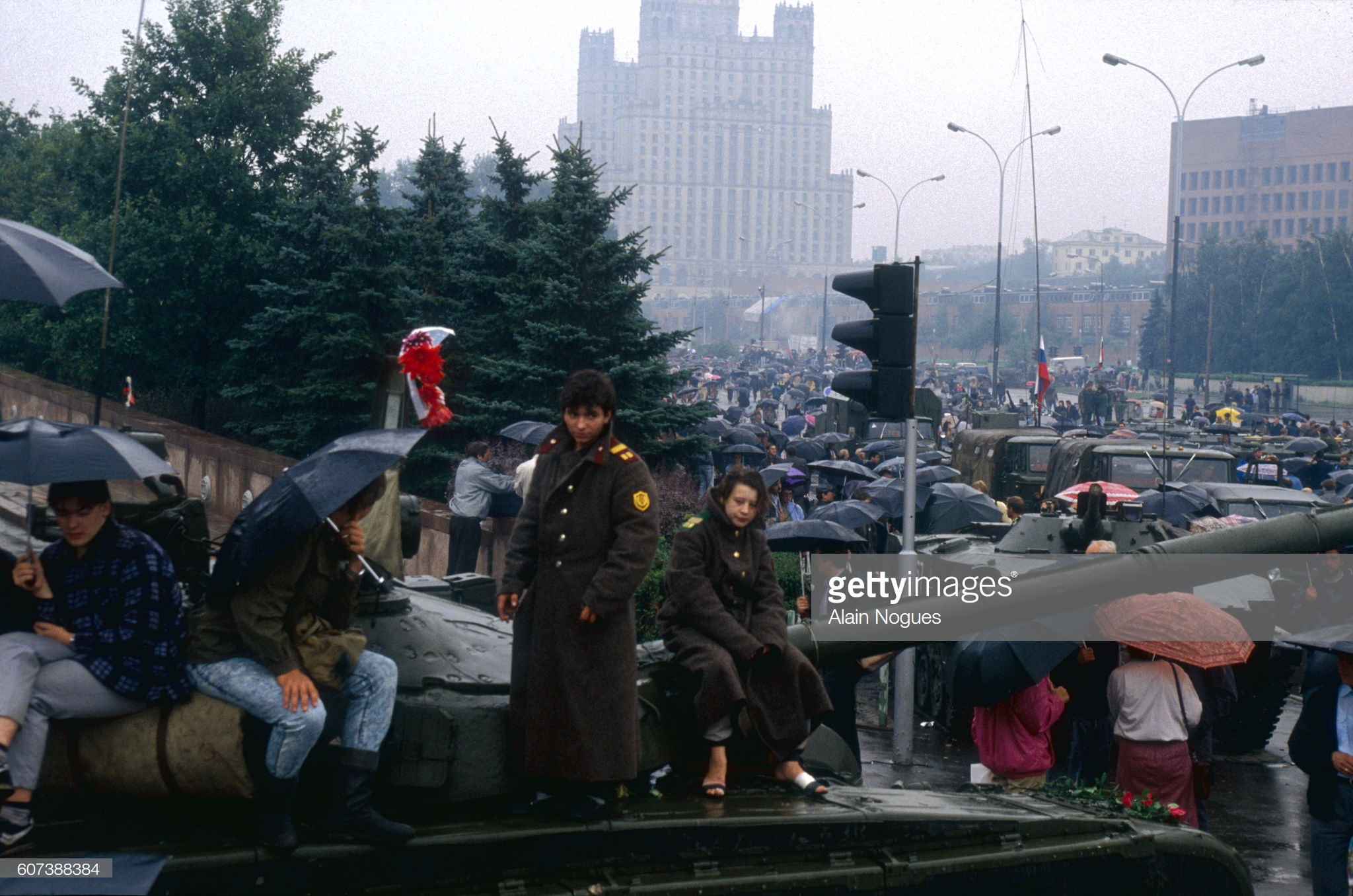 Люди возле блокпоста у Кремля