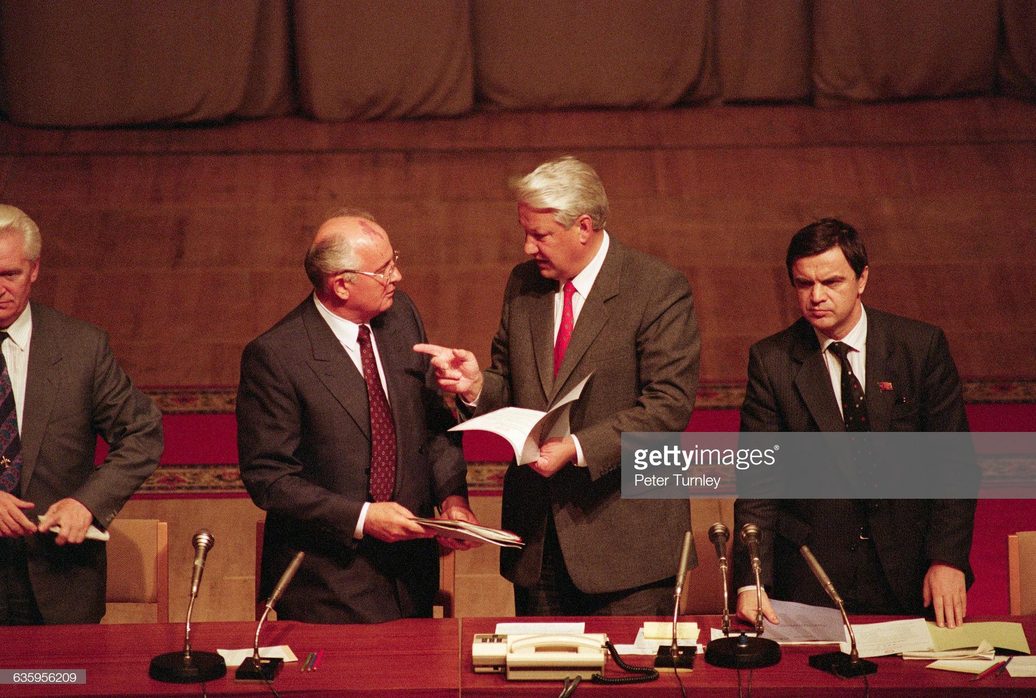 Михаил Горбачев и Борис Ельцин беседуют друг с другом во время встречи после неудачного государственного переворота