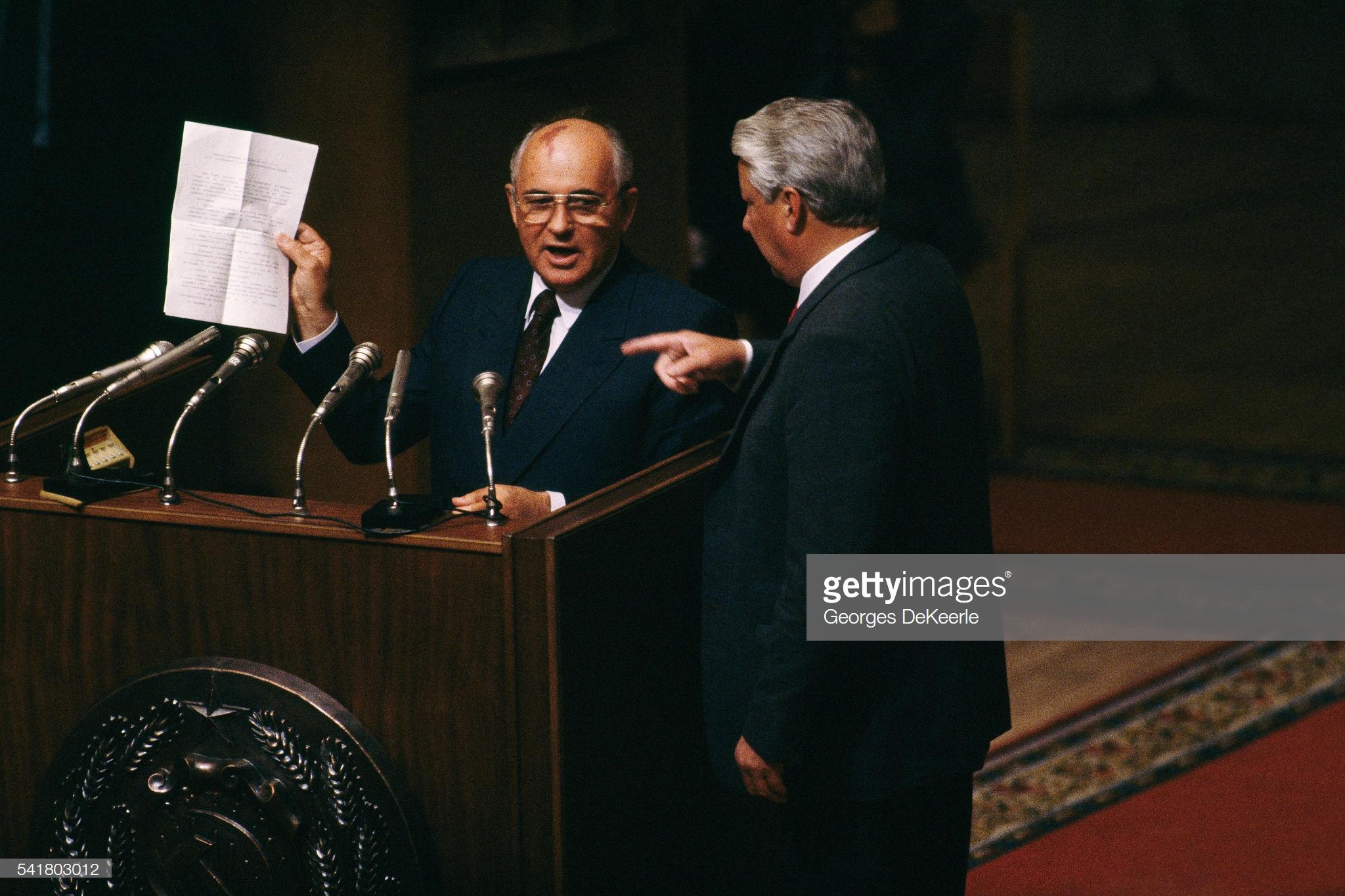 Коммунистический лидер Михаил Горбачев объявляет компартию вне закона