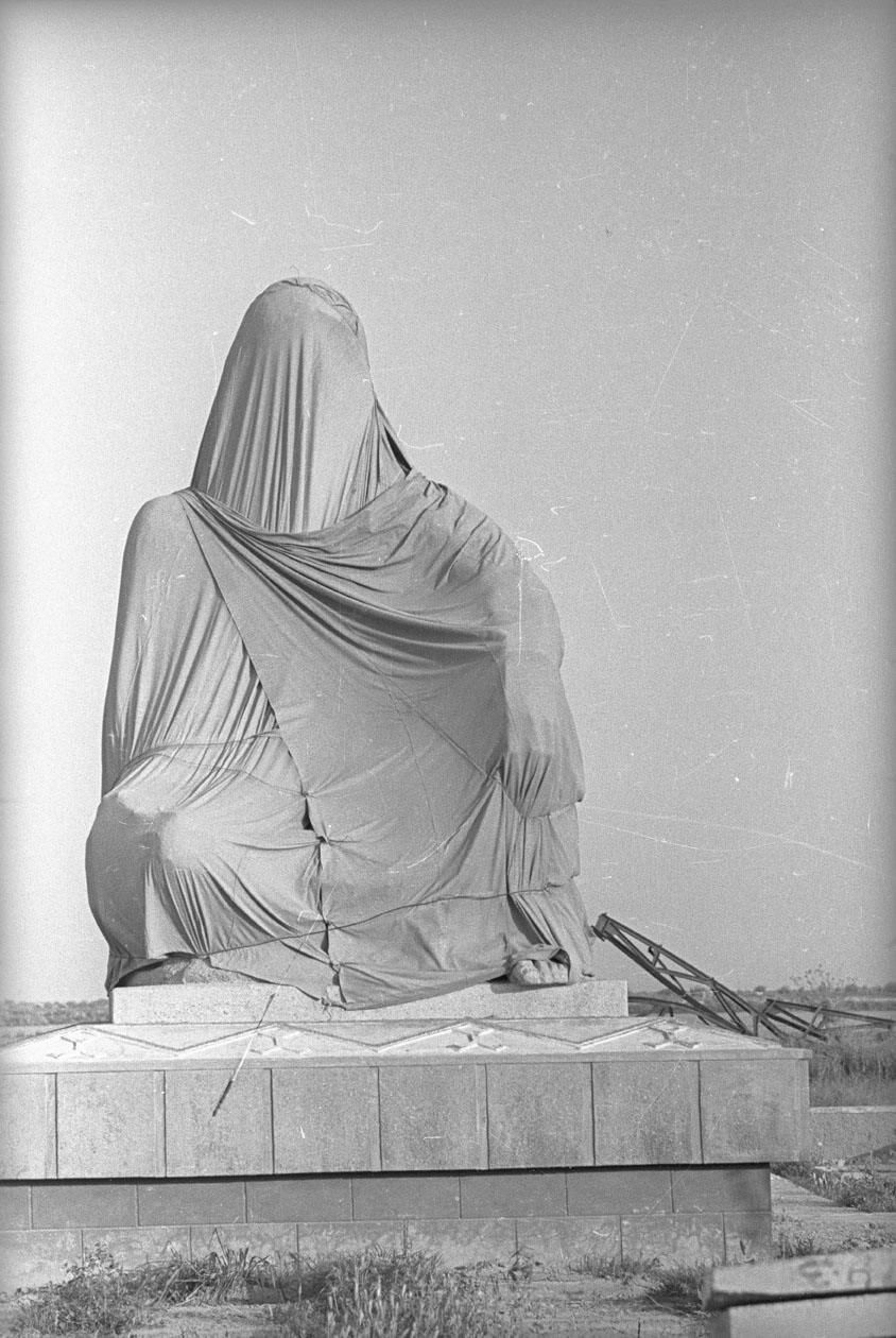 1975. Статуя в Туркмении