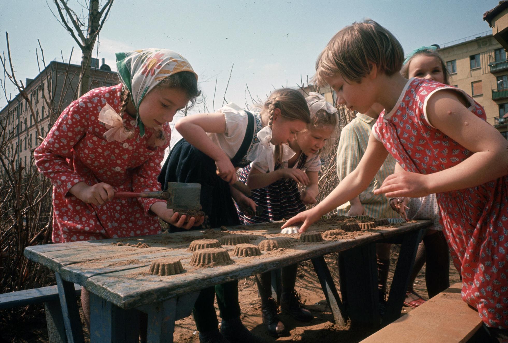 1964. Москва. Девочки во дворе лепят куличики