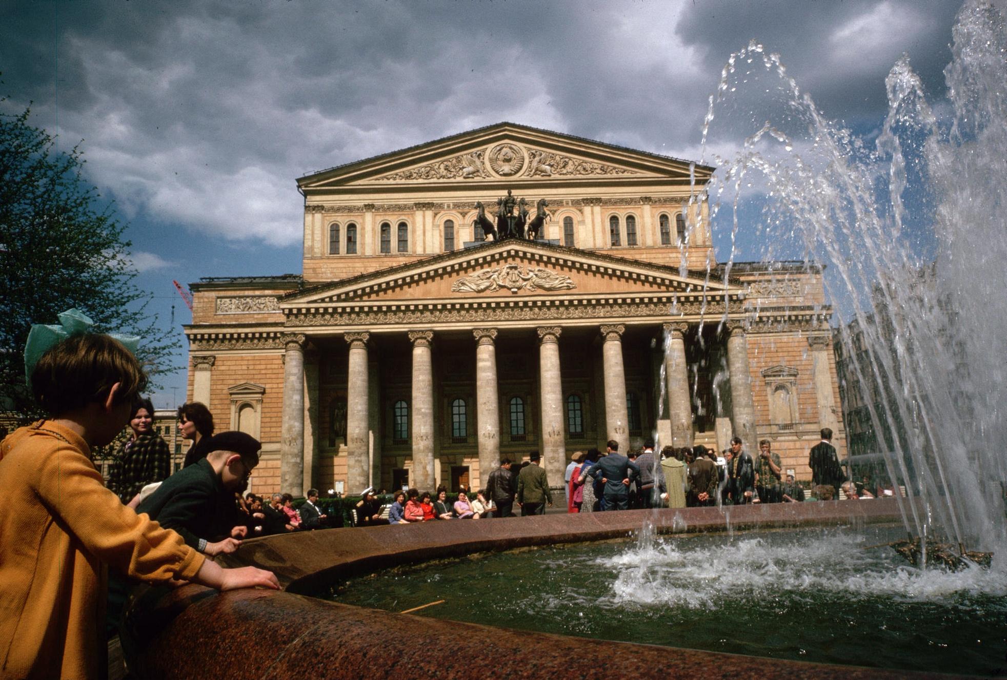1964. Москва. В сквере у Большого театра
