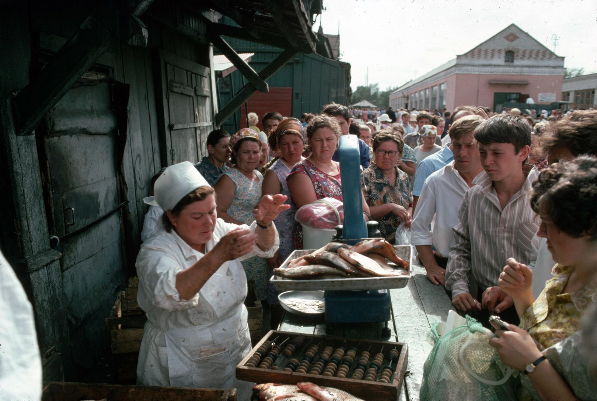 1972. Барнаул. Торговля рыбой на рынке
