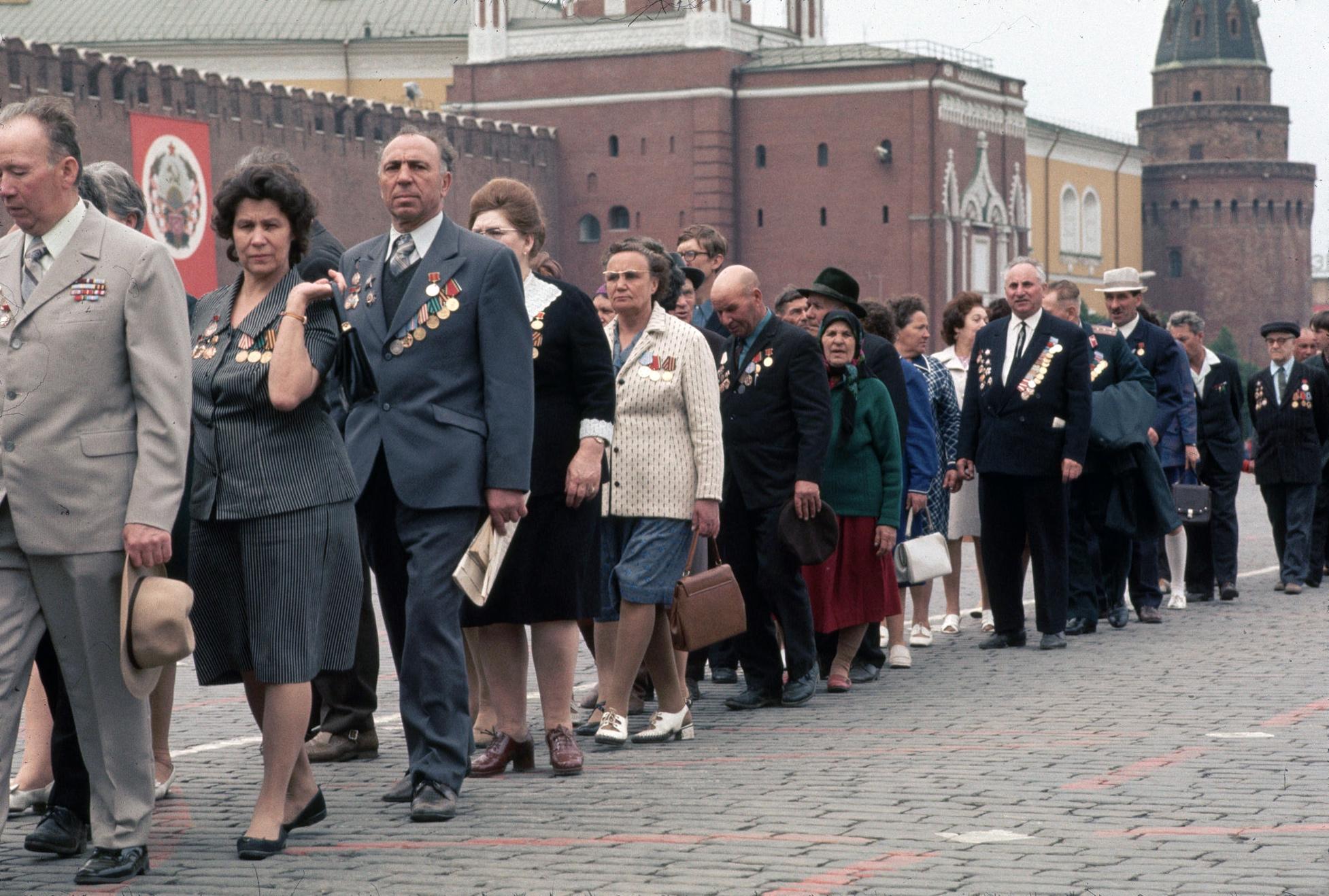 1975. Ветераны в очереди к Мавзолею. 9 мая