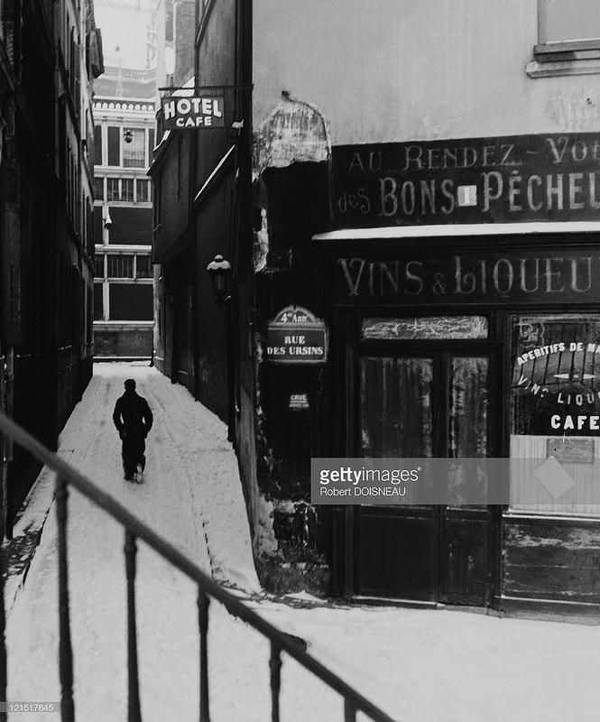 1945. Улица Урзен. Человек, идущий по снегу