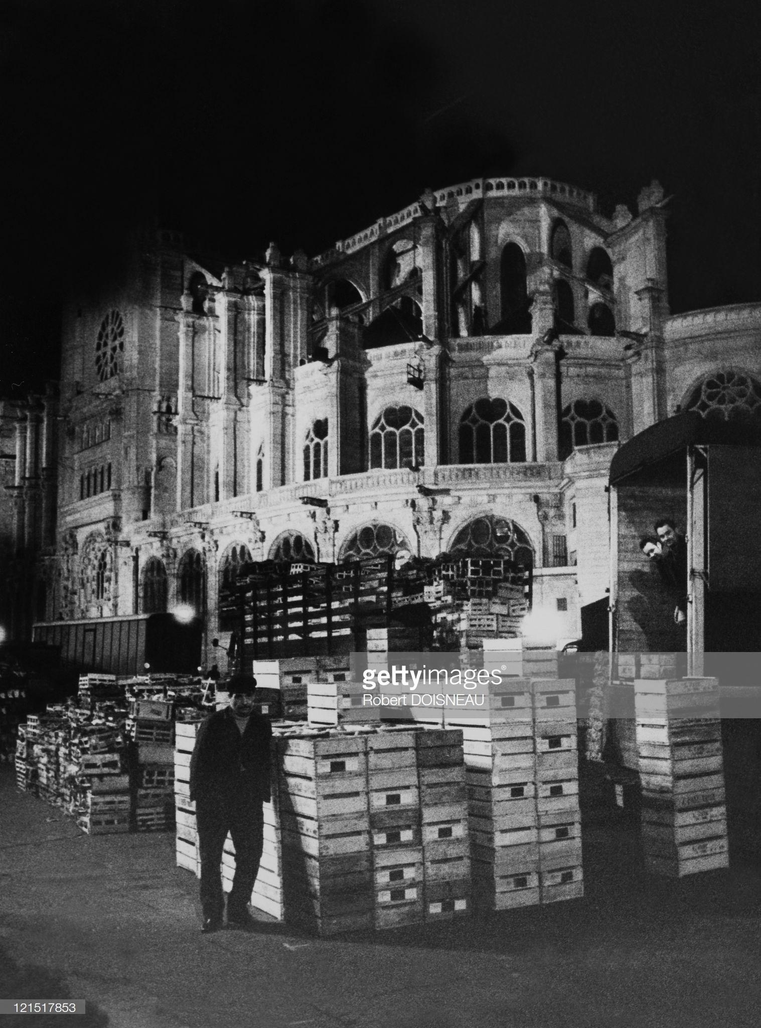 1960. Ле-Аль.  Оптовый торговец, ожидающий открытия рынка