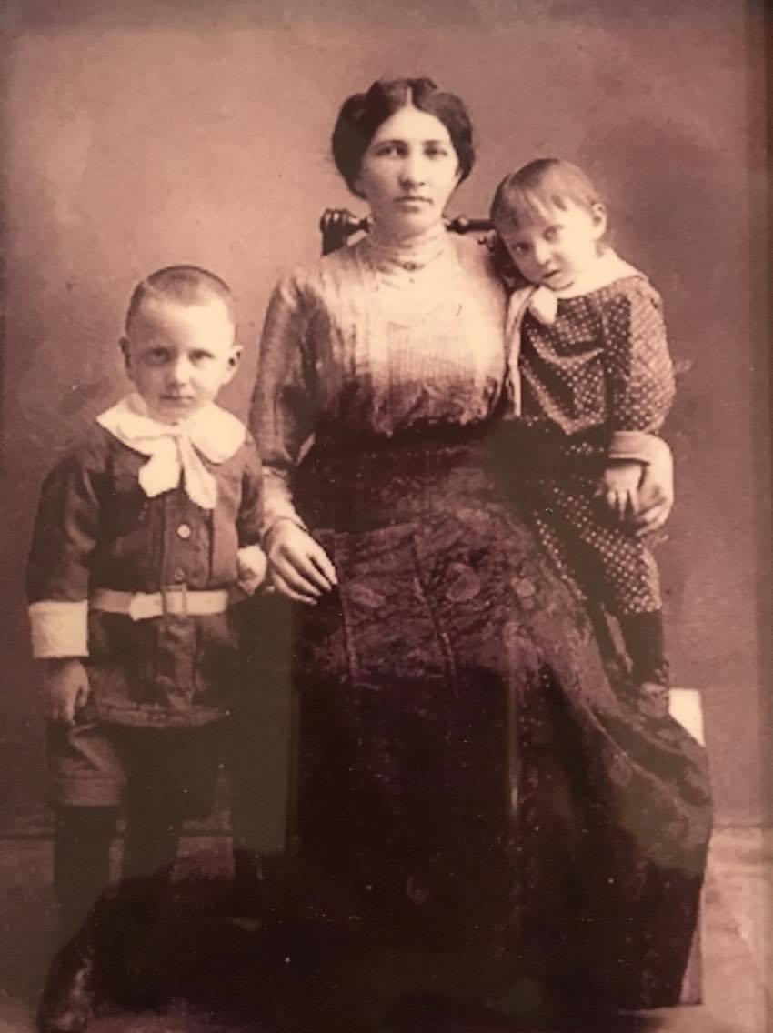 Бруха Сигалова с сыновьями Израиля и Руфеля