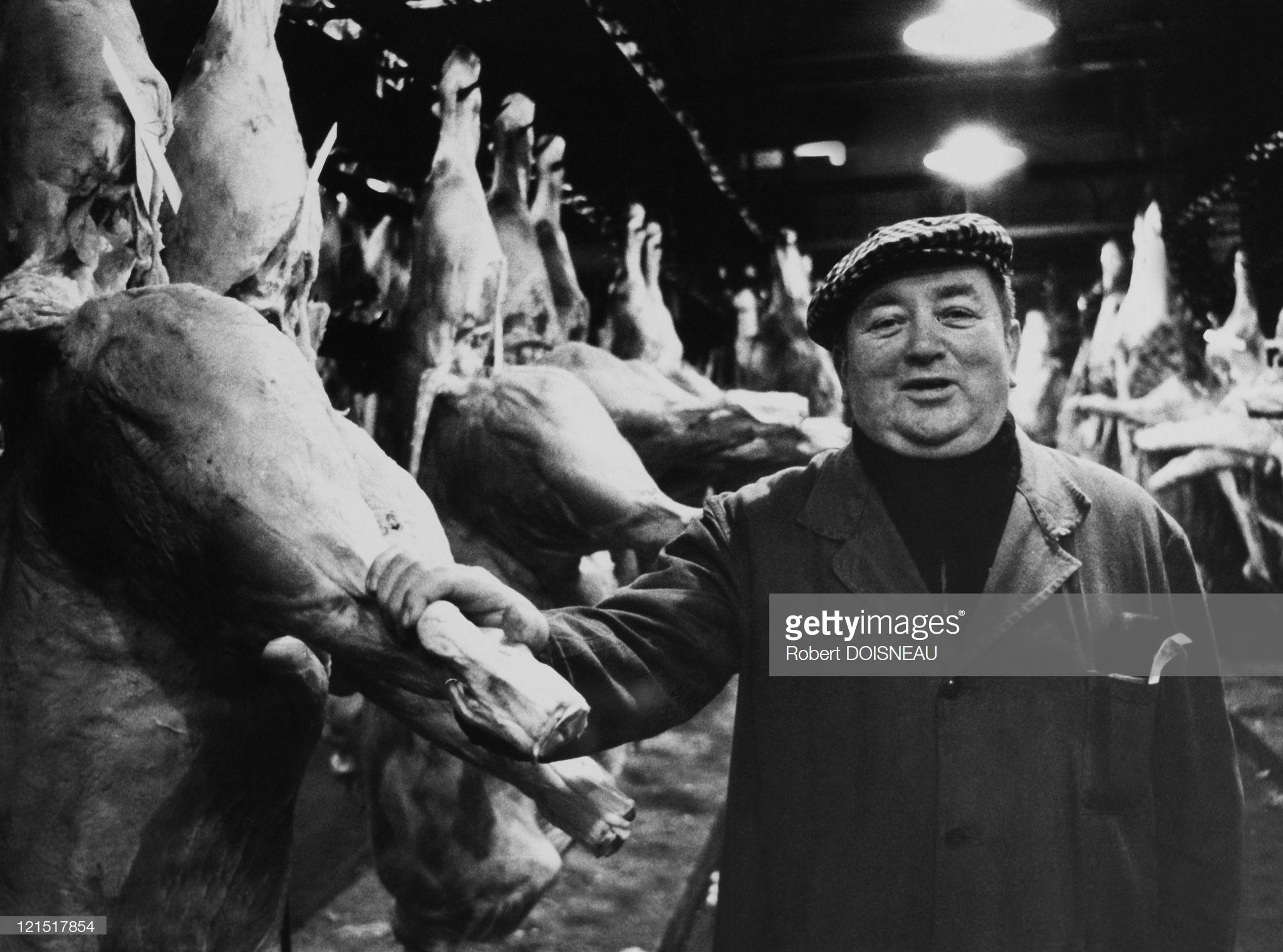 1960. Оптовый торговец среди мясных туш