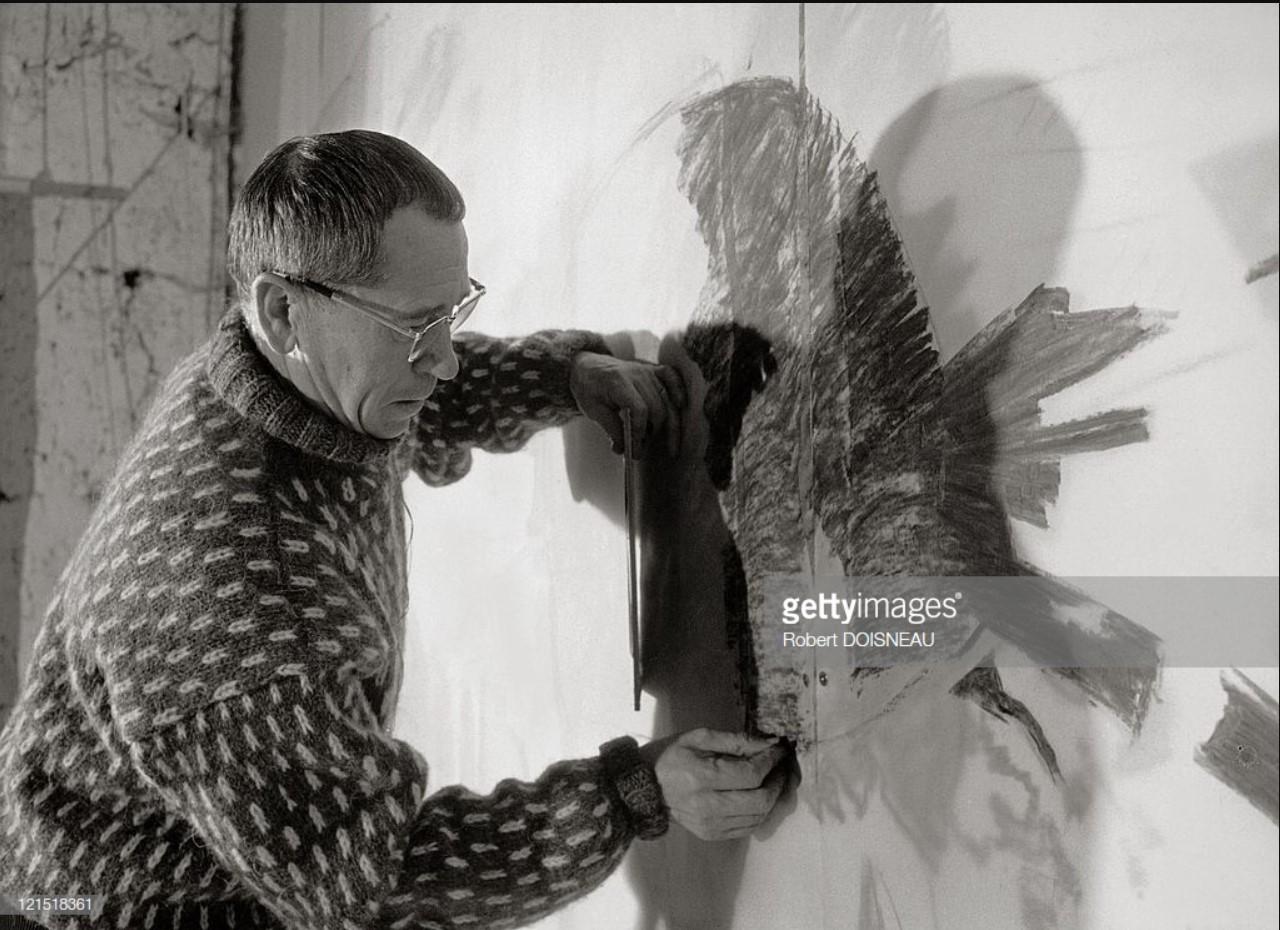 1966. Французский художник и график Новой Парижской школы Альфред Манесье в своей мастерской