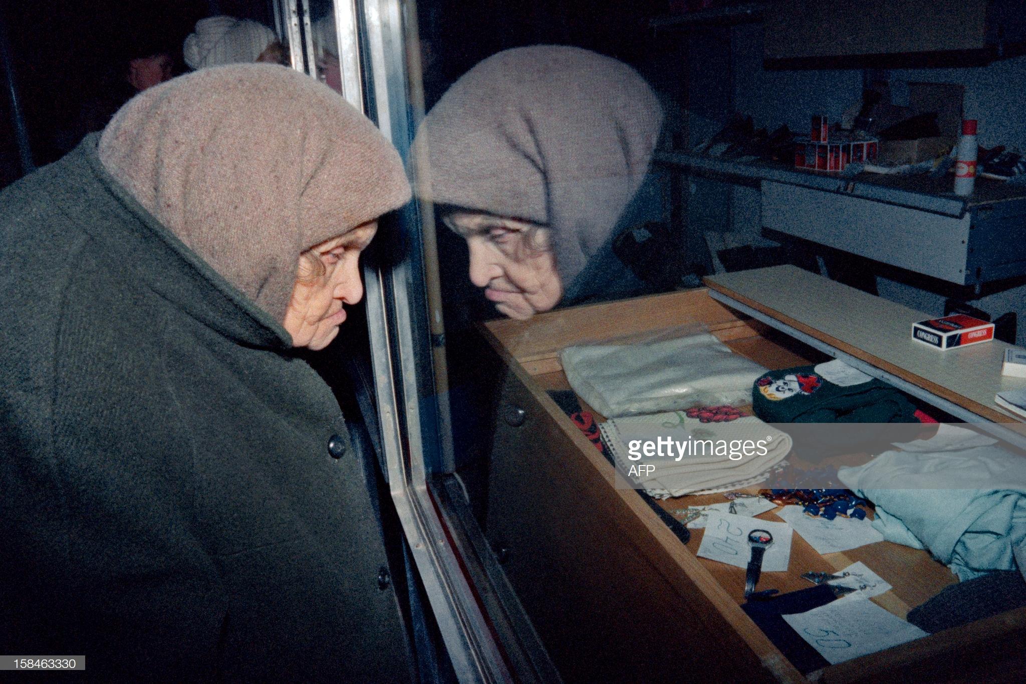 Пожилая женщина у витрины. 10 декабря