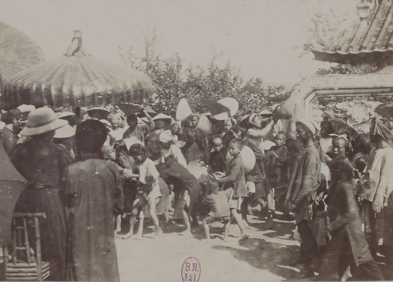 Раздача сапеков детям деревни Фу-Фонг во дворе дома предков