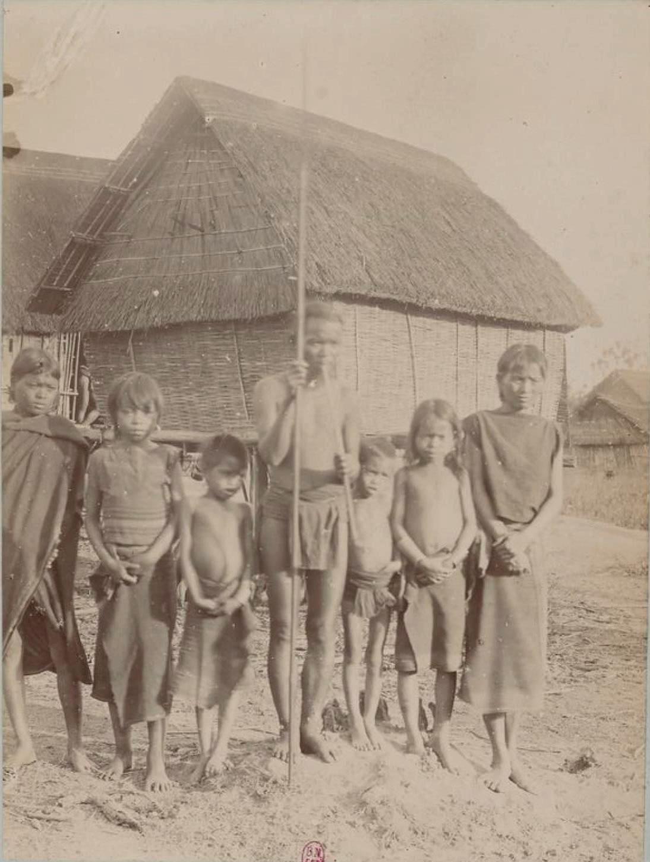 Пим, глава деревни Ха Бахнар Хагу и его семья