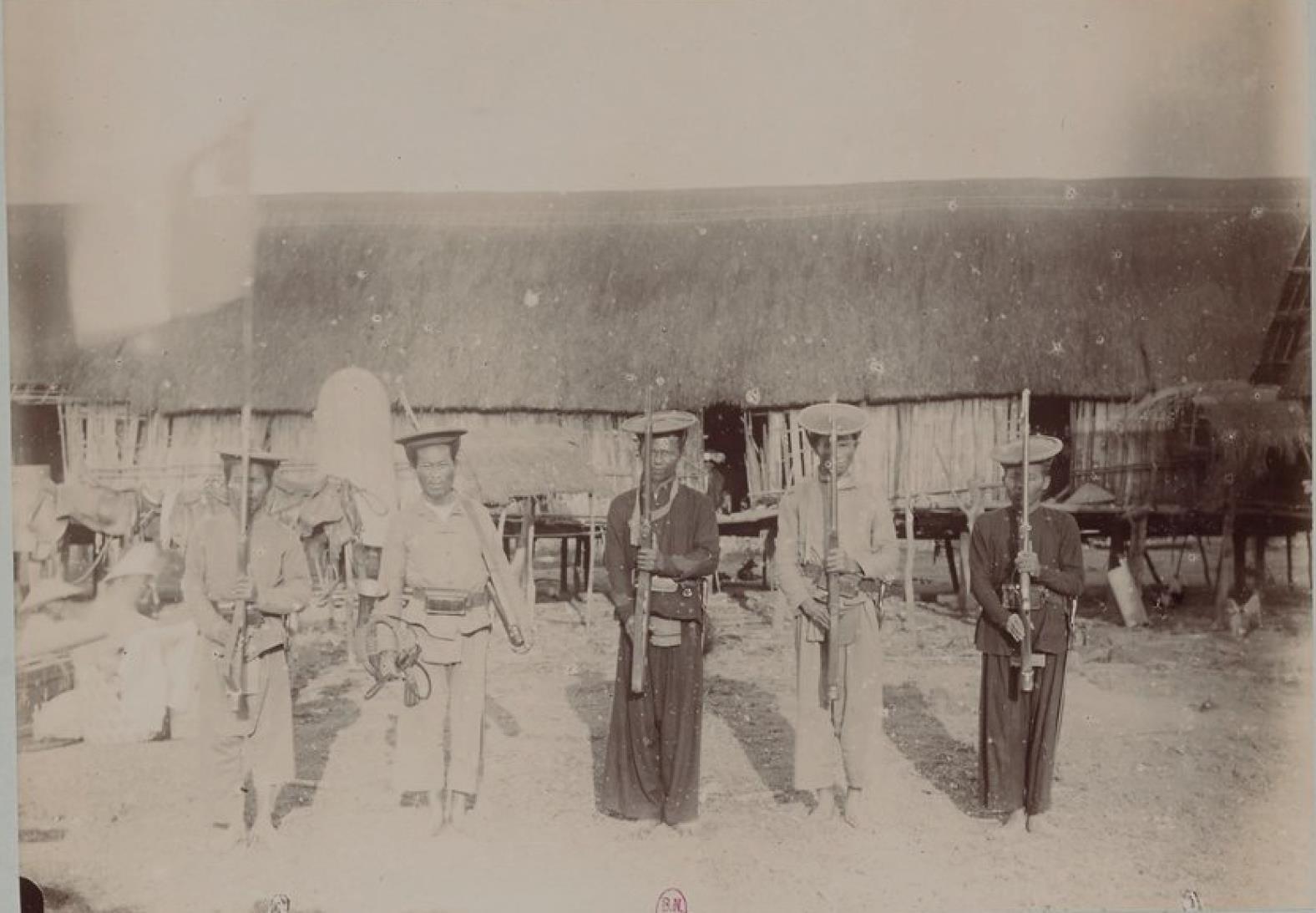 Наш эскорт, солдаты аннамитской национальной охраны