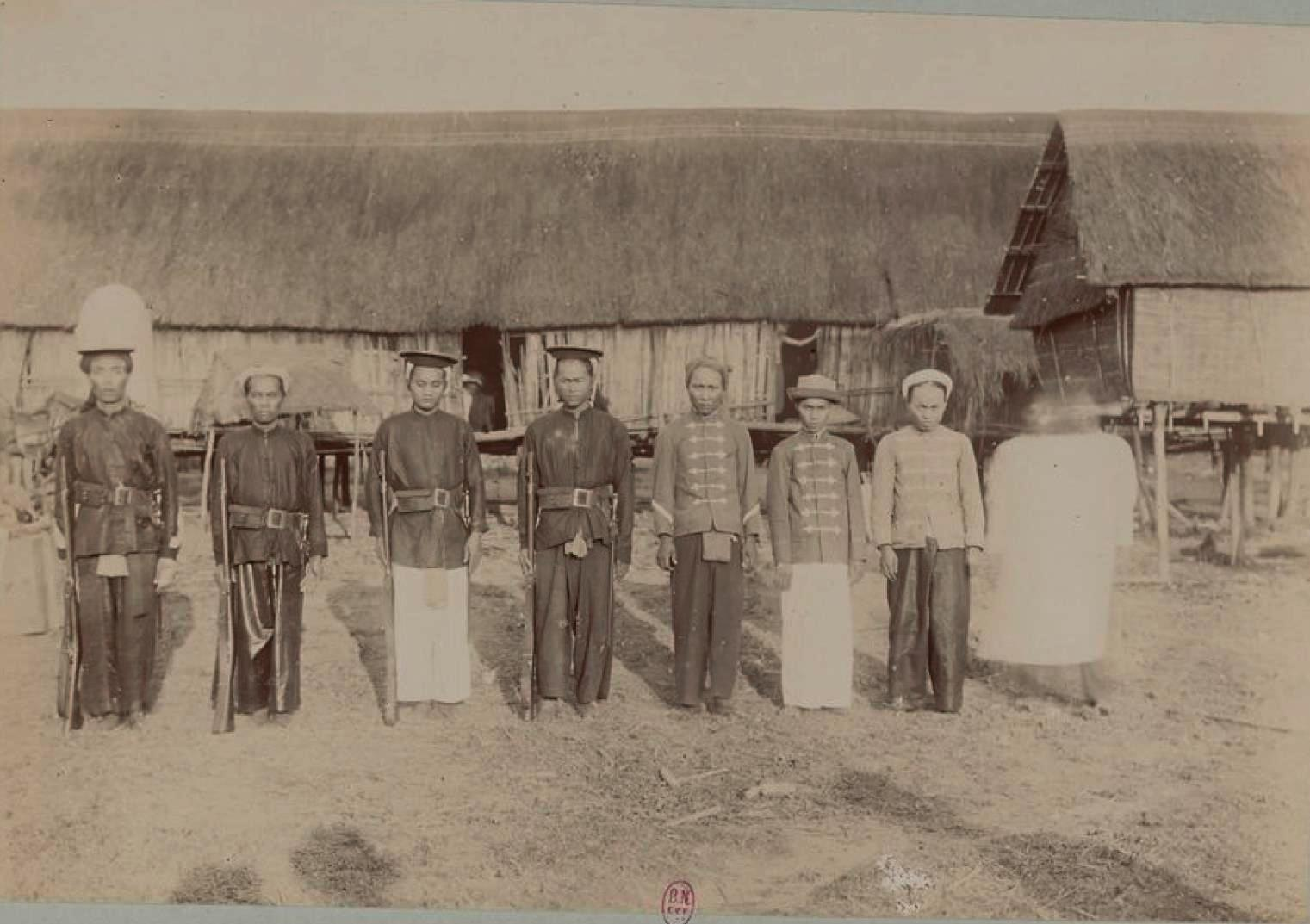 Милиционеры и слуги компании Attopeu Mines
