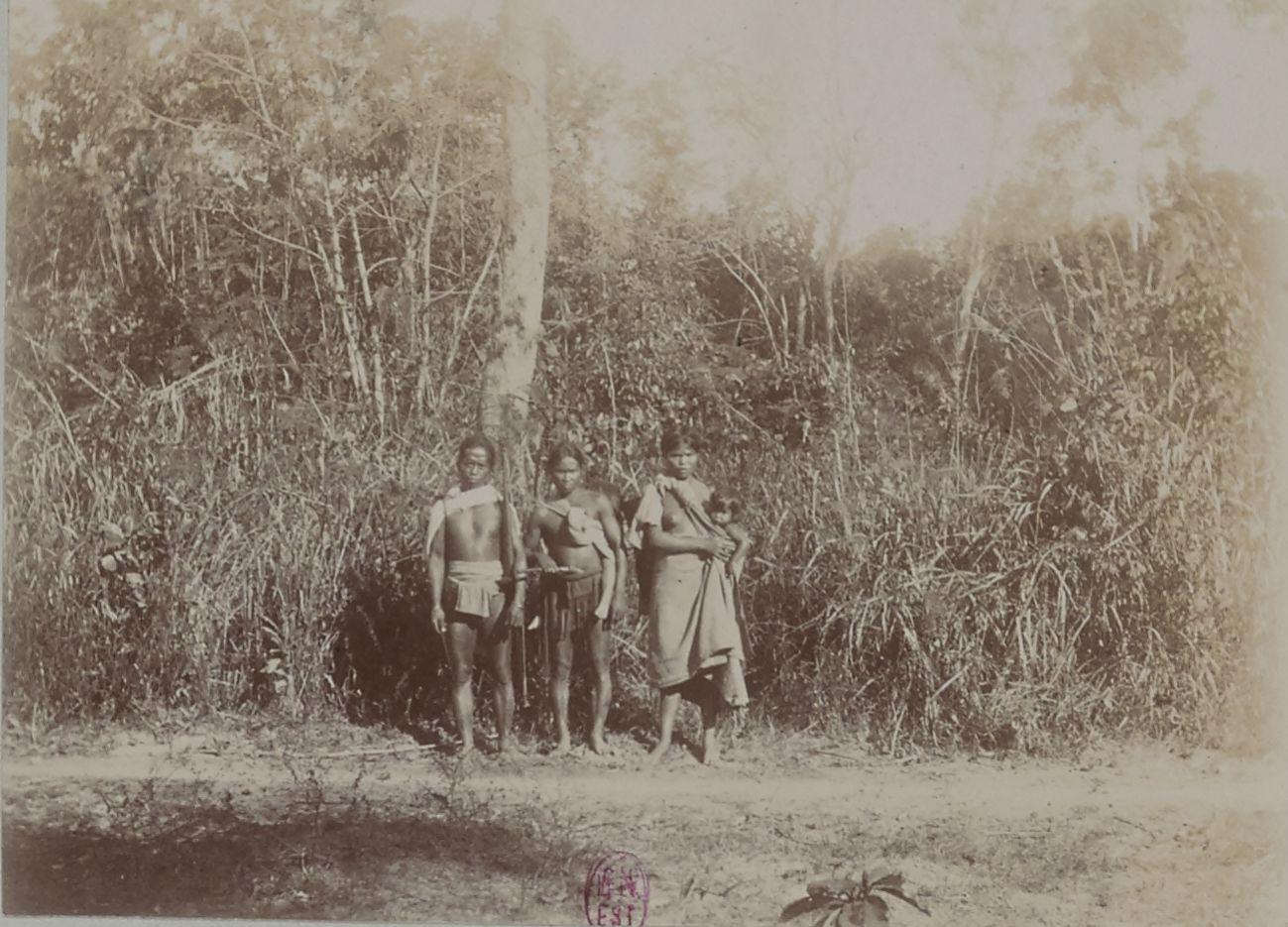 Группа местных жителей