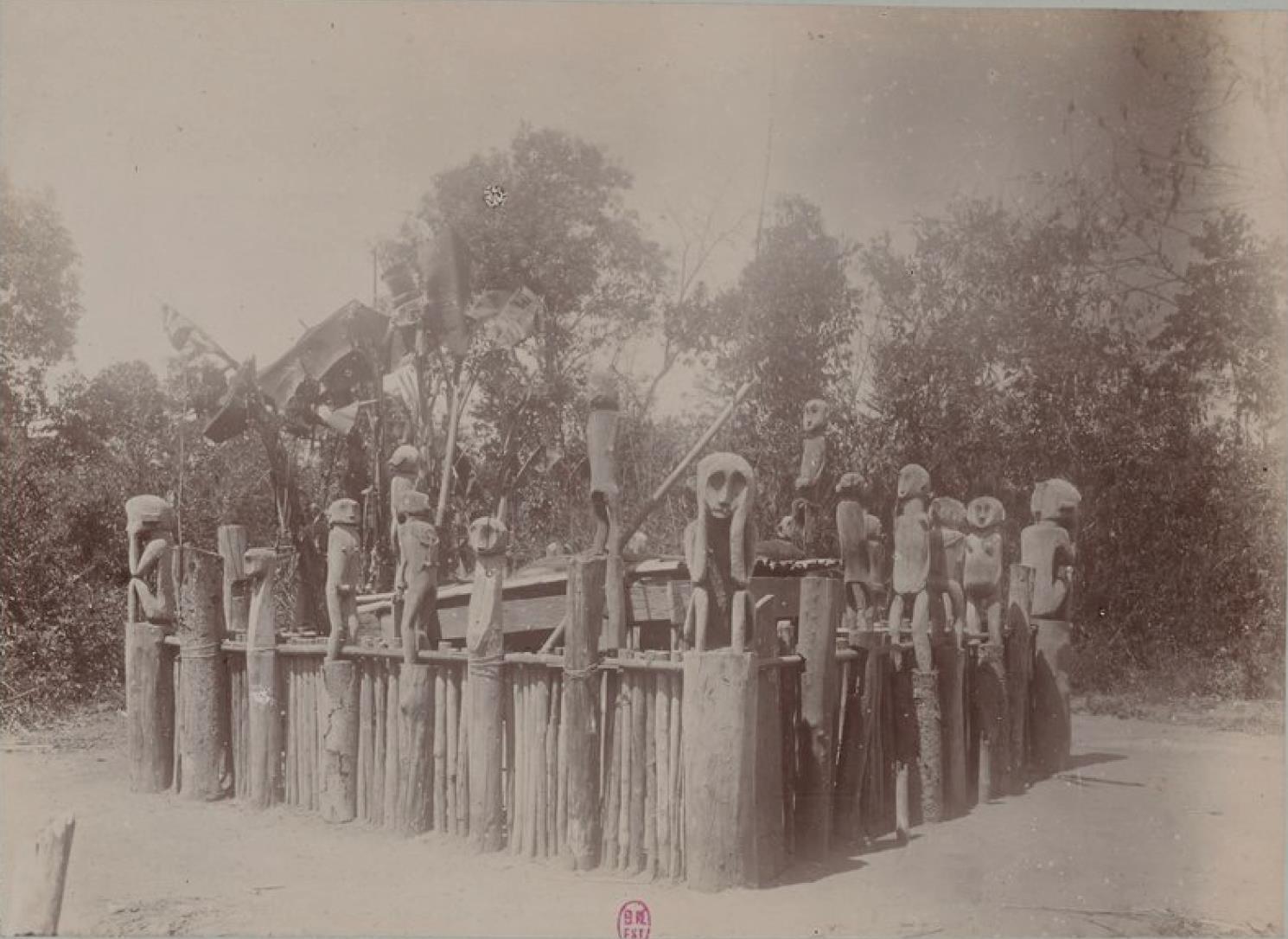 Скульптурные изображения бахнарских женщин в Кон-Хуэнго