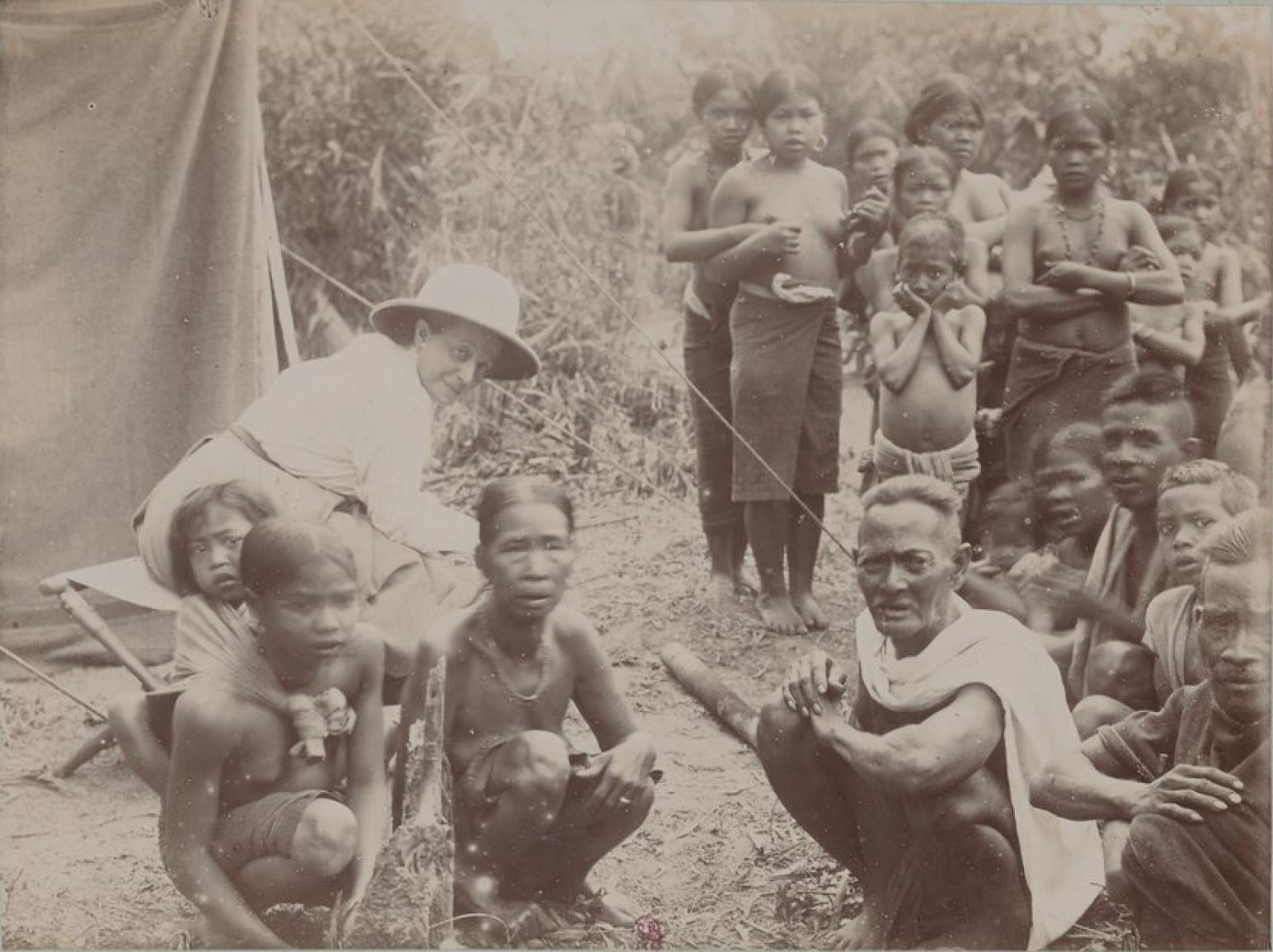 Посещение халангов в Буг-Нхай (деревенский староста, его жены, дочери и т. д.)
