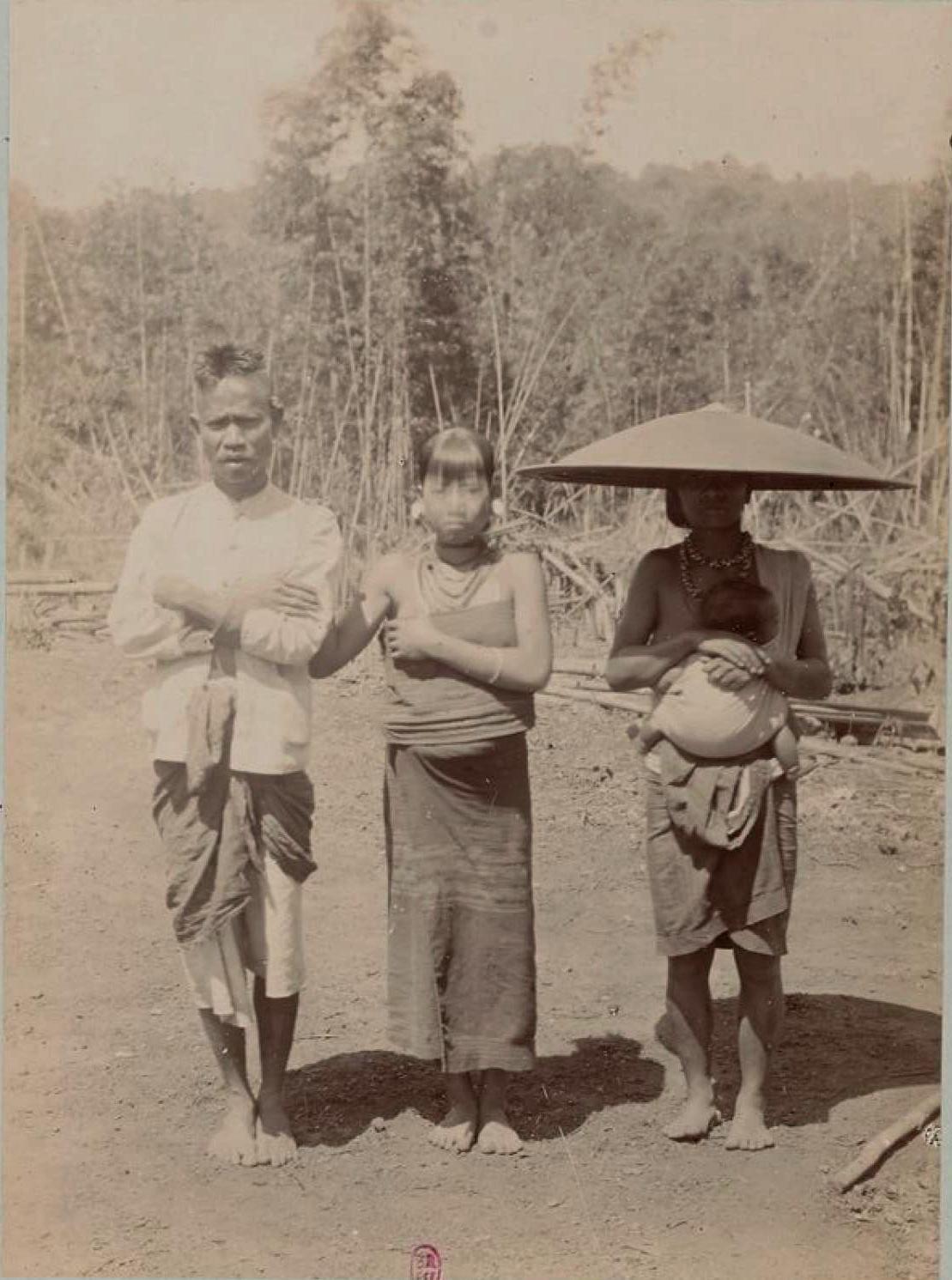 Фобан (или деревенский староста) в Такенге и две из четырех его жен)