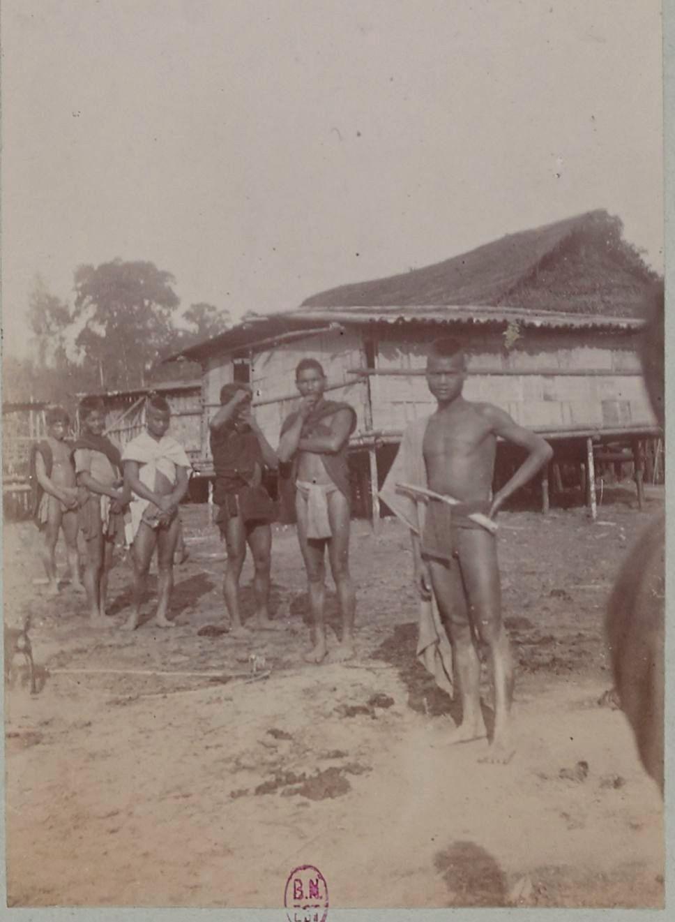 Дома и жители в Такенге