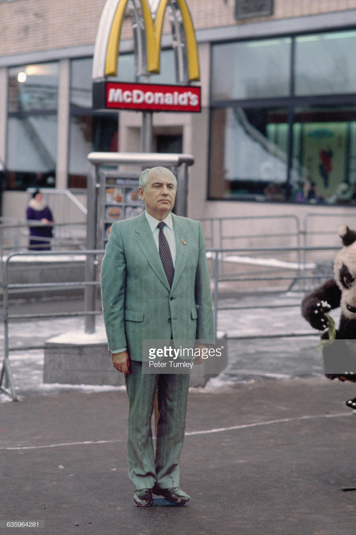 Картонный Горби на подступах к Макдональдсу