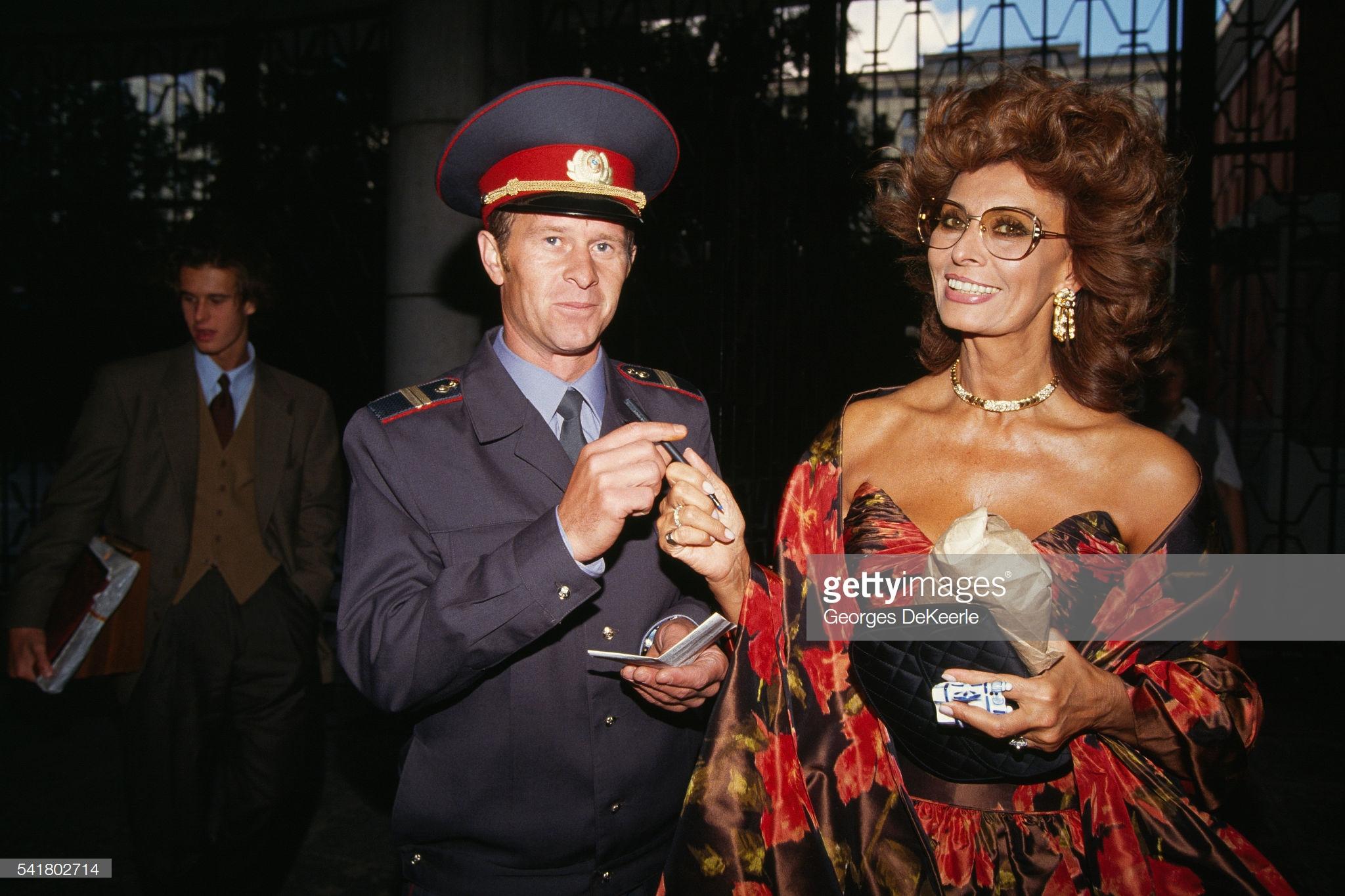 Милиционер берет образцы почерка у Софи Лорен на Московском кинофестивале