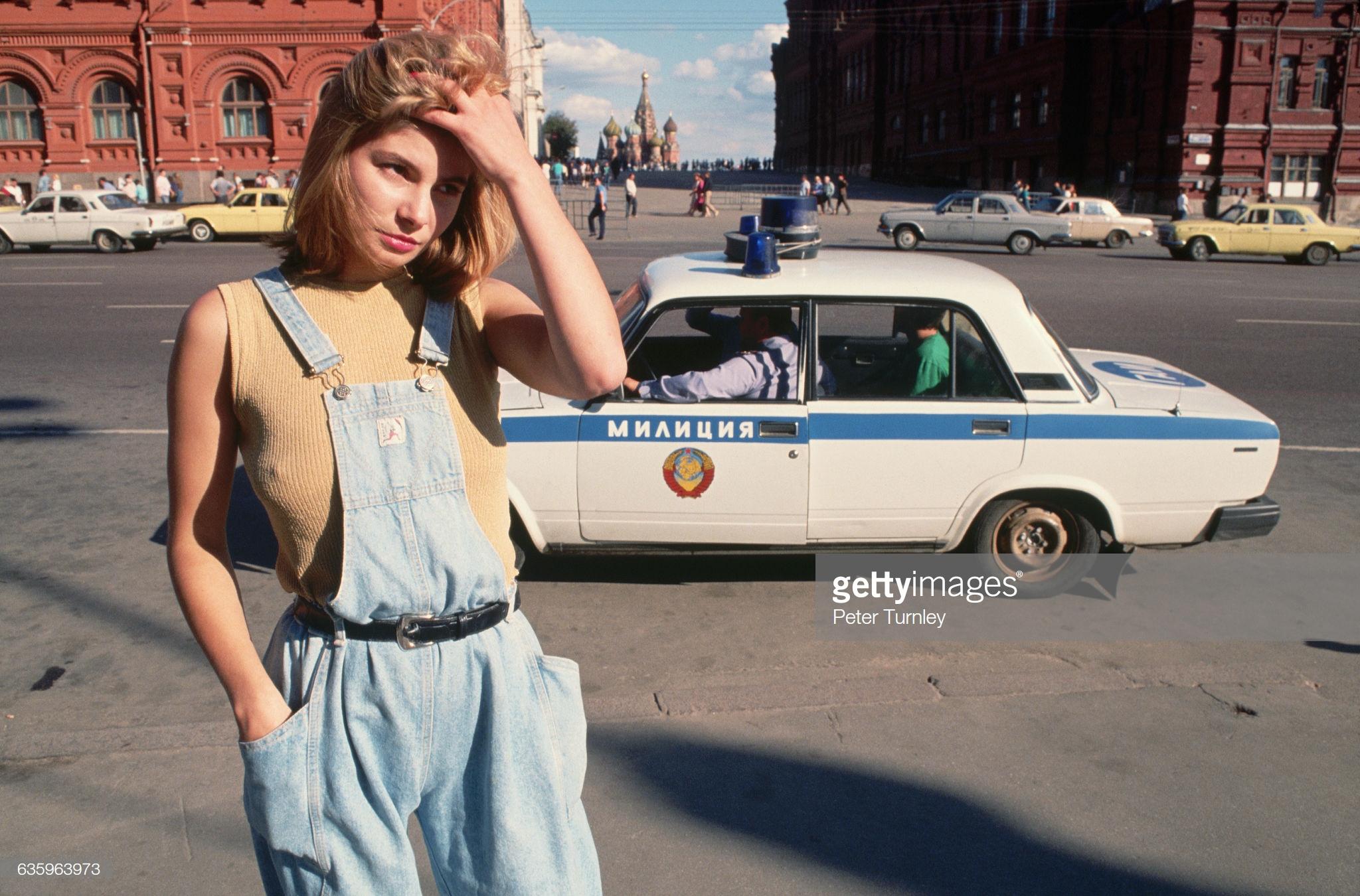 Проститутка Катя, 18 лет, стоит рядом с милицейской машиной на улице возле Красной площади