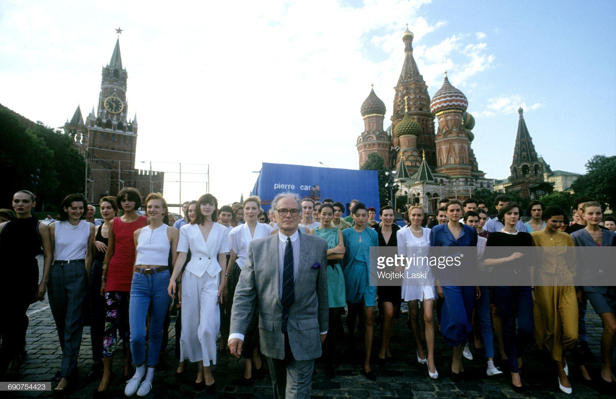 Пьер Карден с моделями на Красной площади в июне
