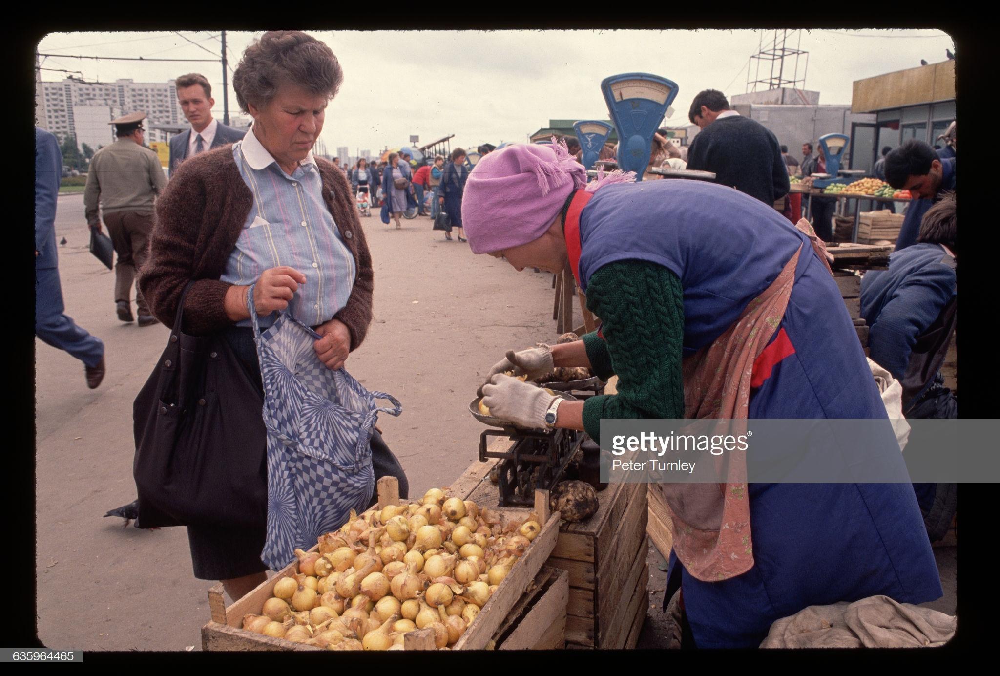 Торговля луком на стихийном рынке