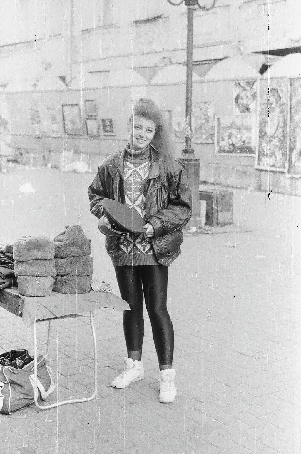 Продавщица военных головных уборов на Арбате
