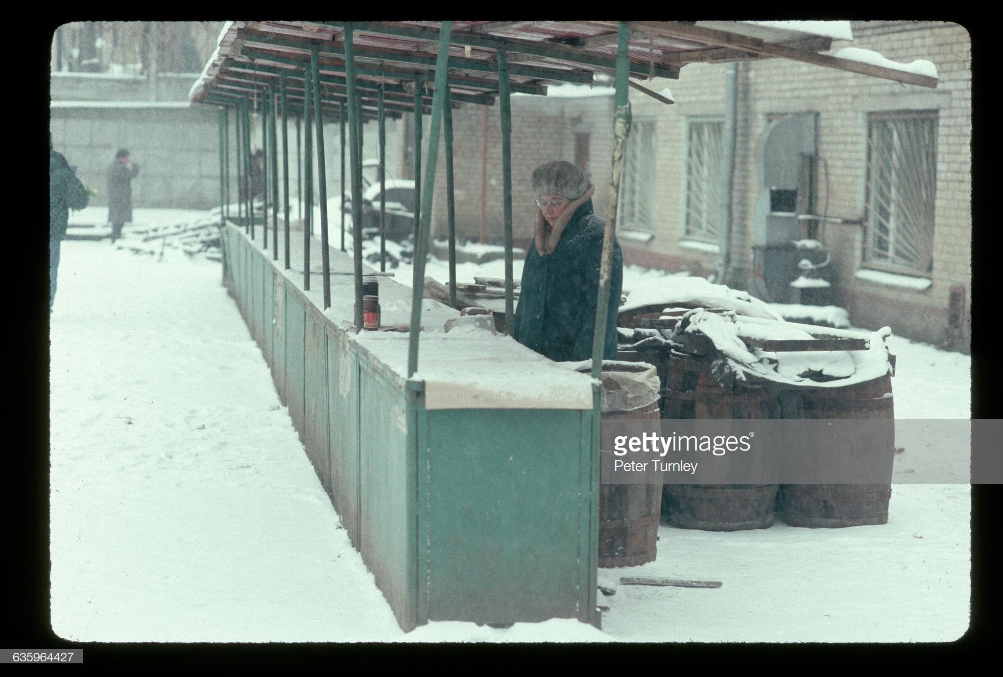 Одинокий продавец в зимней Москве