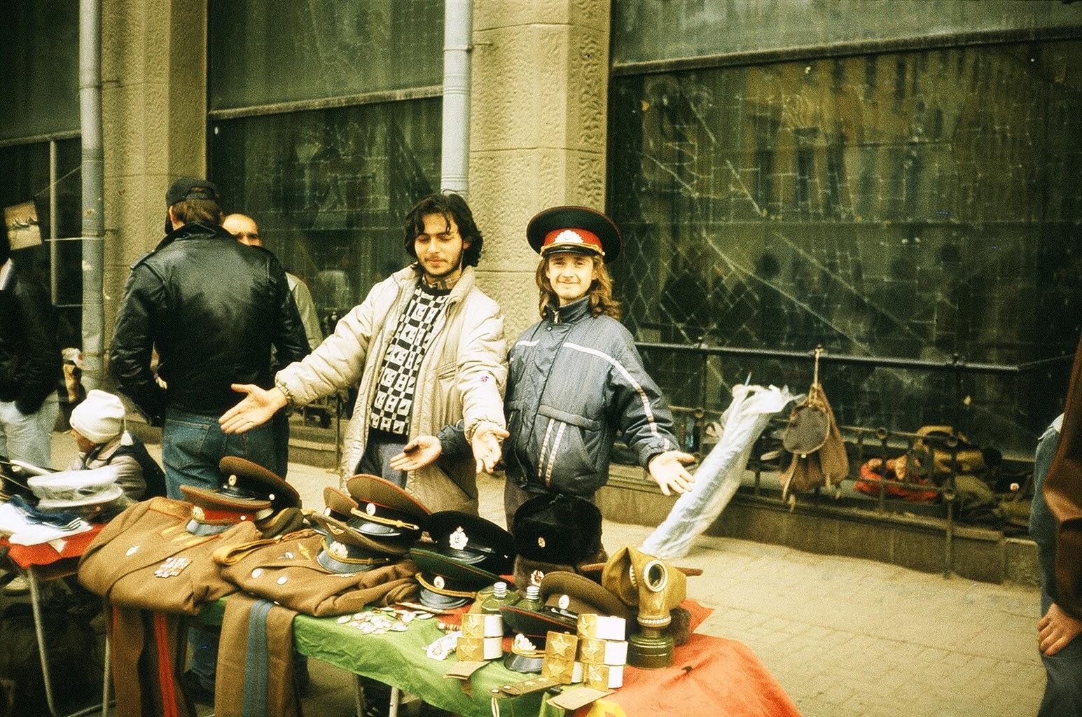 Продавцы военной формы на Арбате