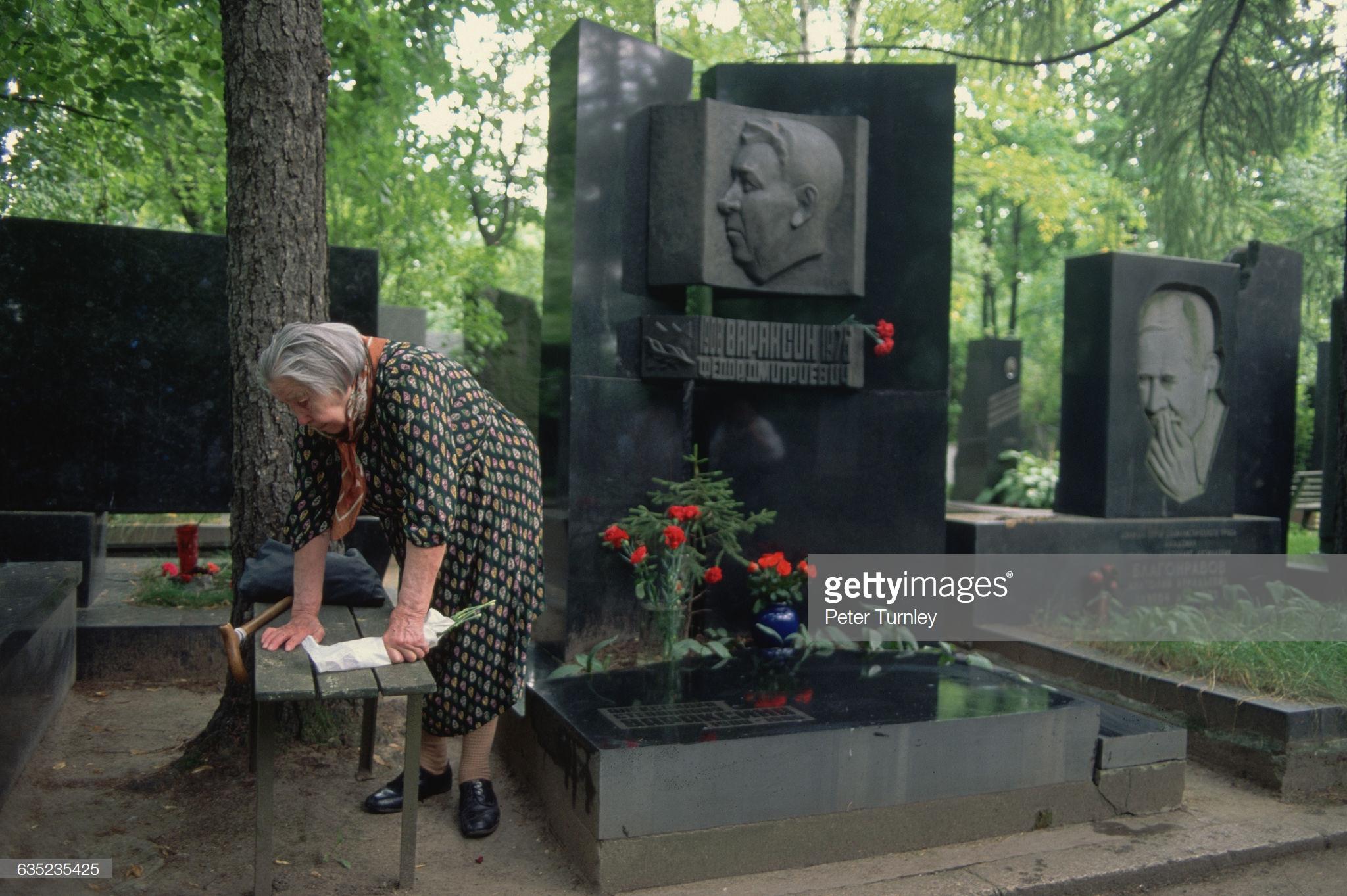 Женщина на Новодевичьем кладбище