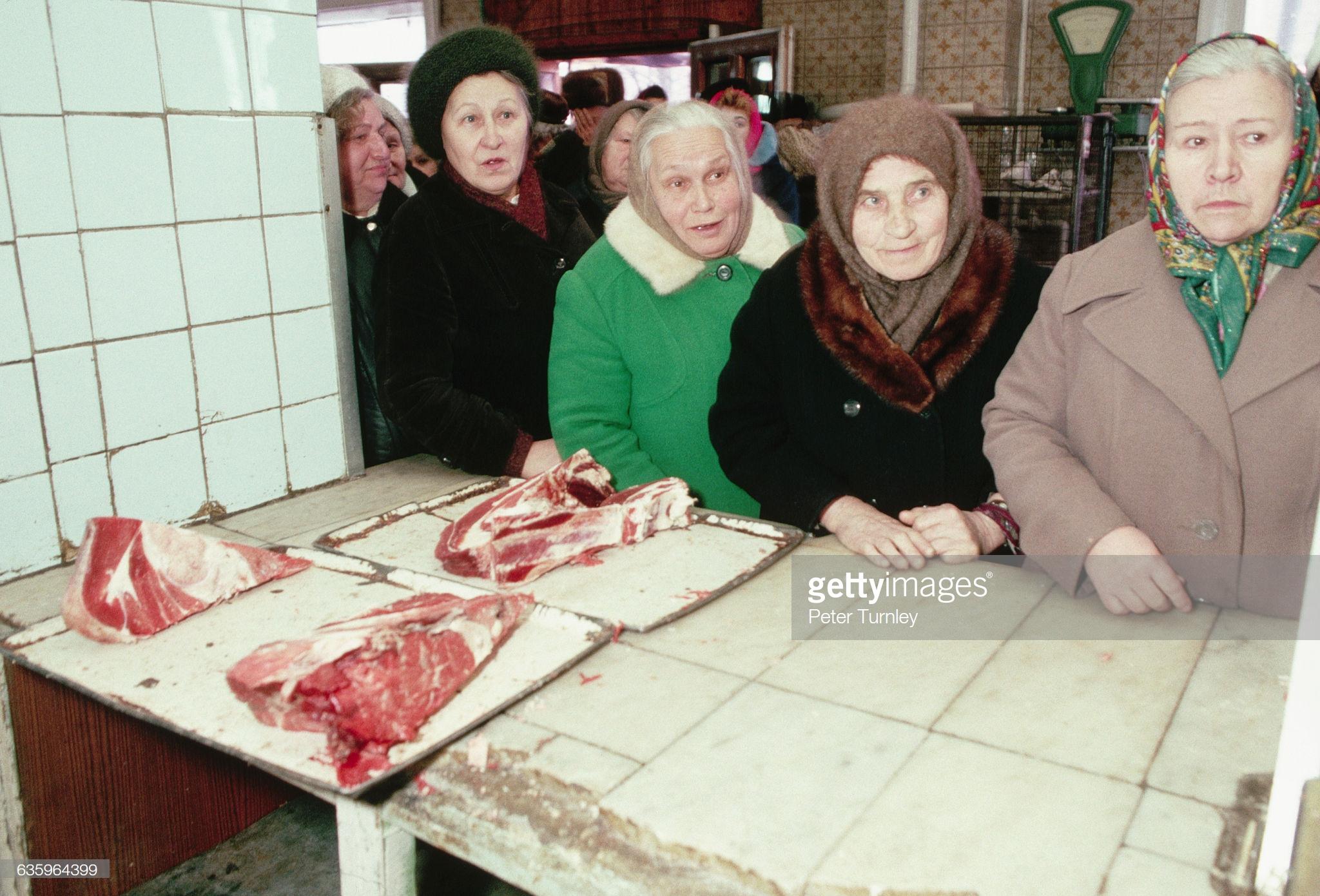 Пожилые москвички в очереди за мясом