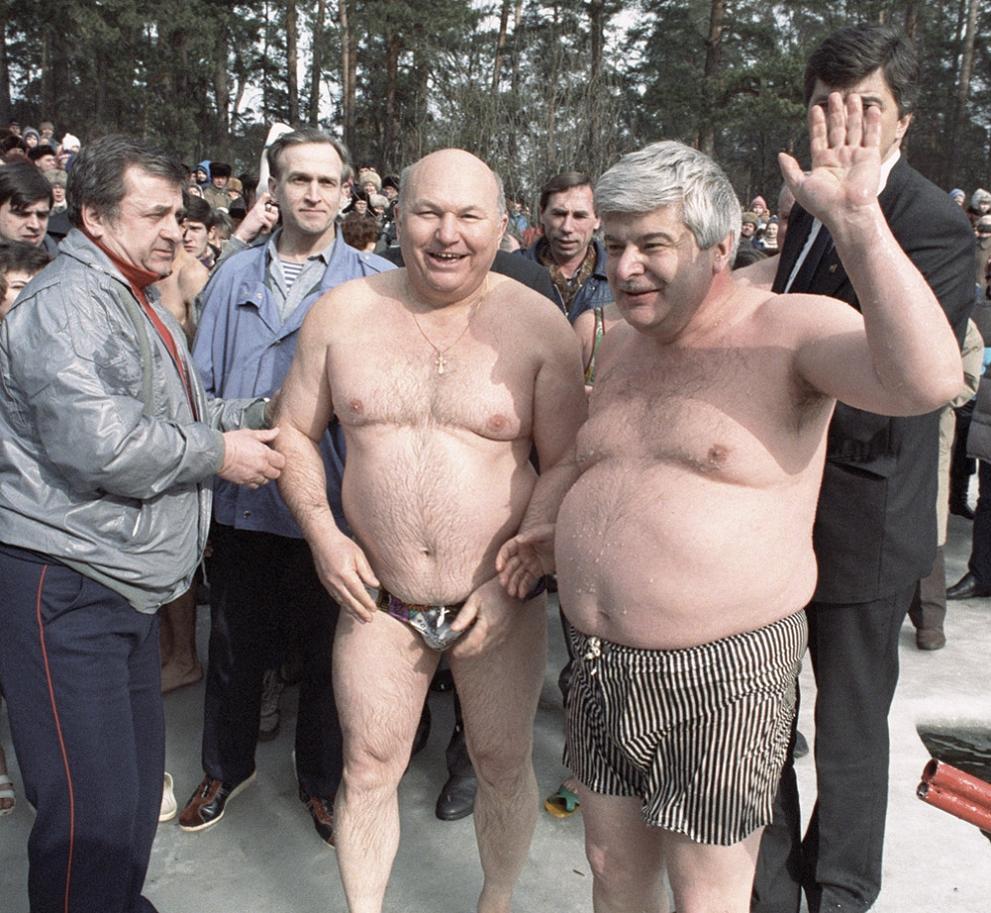 Мэр Москвы Гавриил Попов (справа) и премьер правительства Москвы Юрий Лужков (в центре) перед заплывом в Серебряном Бору
