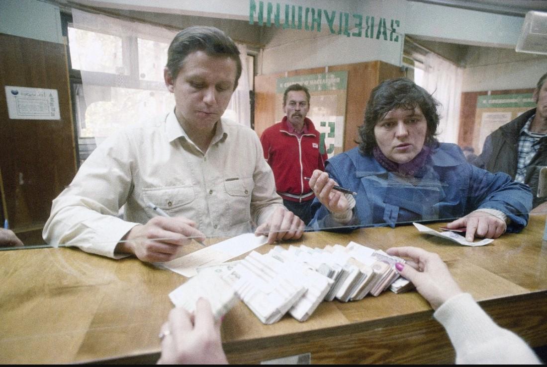 Москвичи меняют доллары на рубли в одном из местных банков в черный вторник 22 сентября