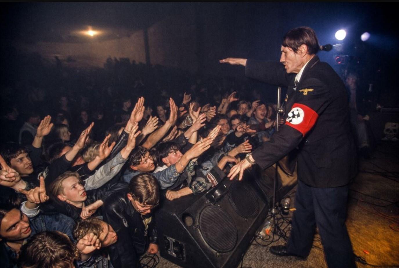 Фанаты приветствуют двойника Гитлера на концерте «Коррозии металла»