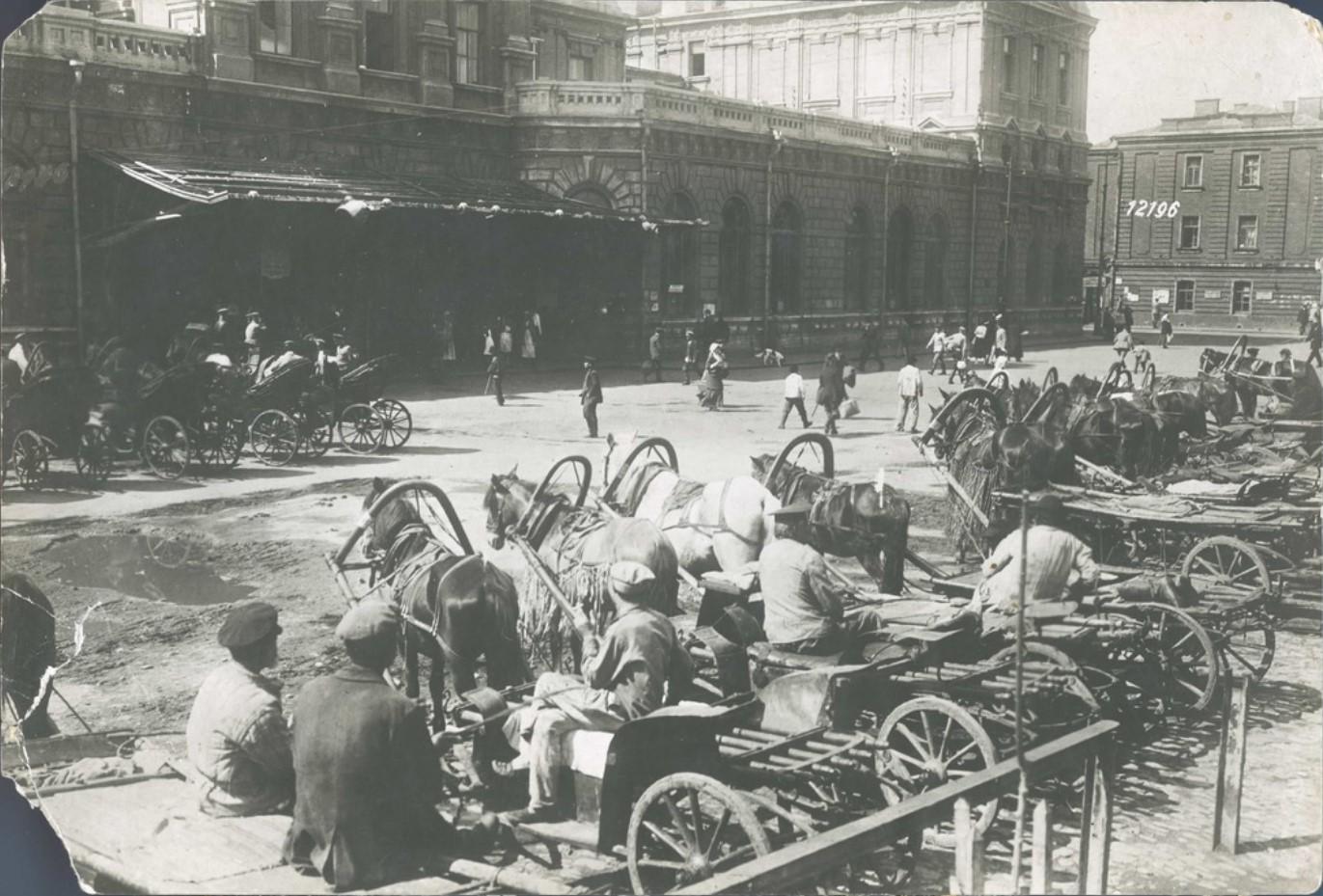 Извозчики на Привокзальной площади