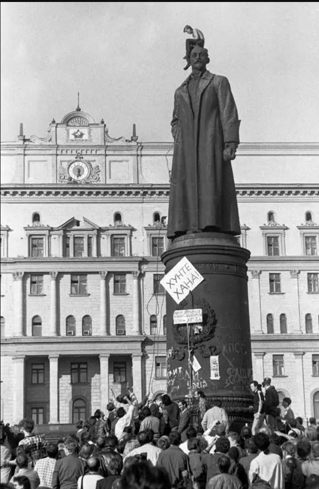 Площадь Дзержинского (Лубянская). «Первая ласточка»