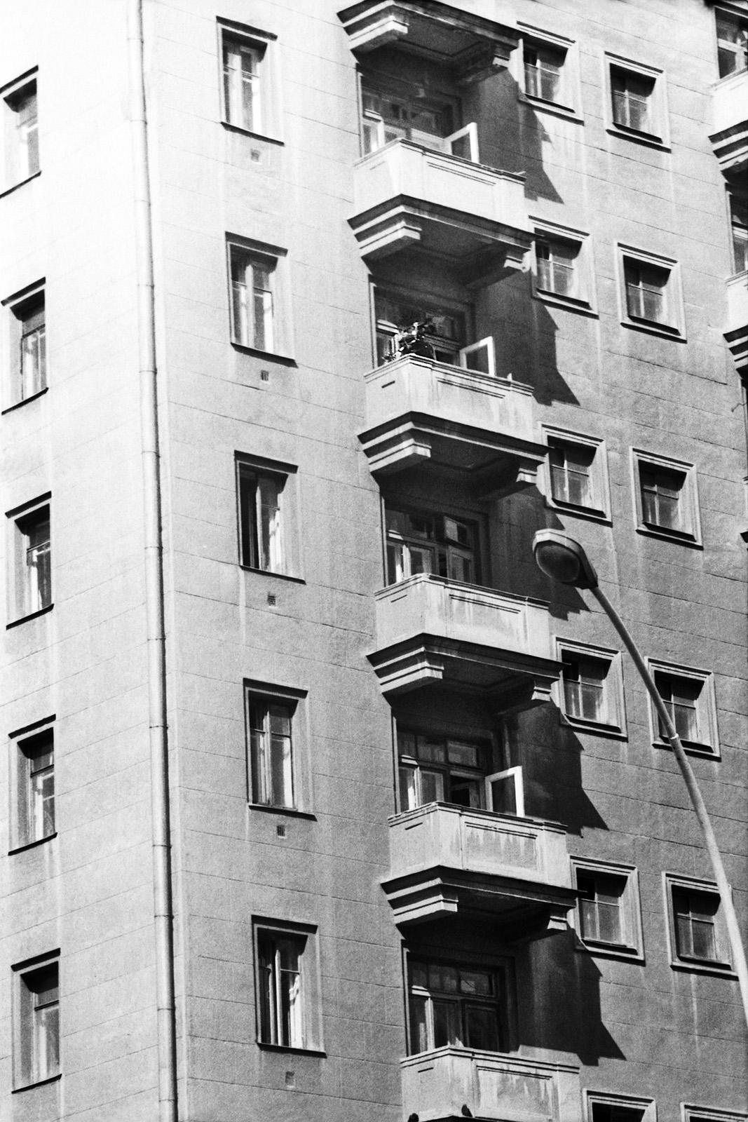 Новый Арбат, 20-6. Телекамера на балконе