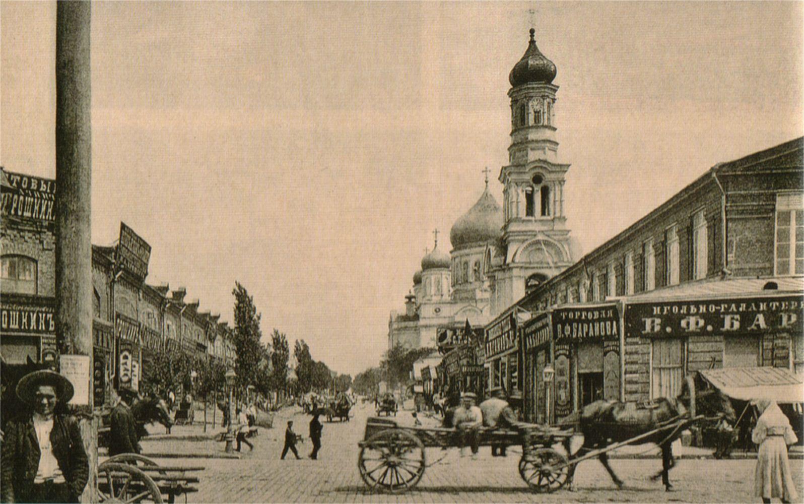 Вид на собор и торговые павильоны