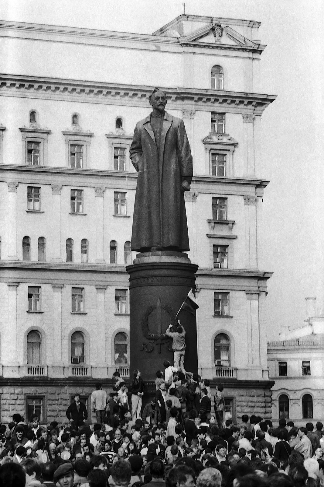 У памятника Дзержинскому